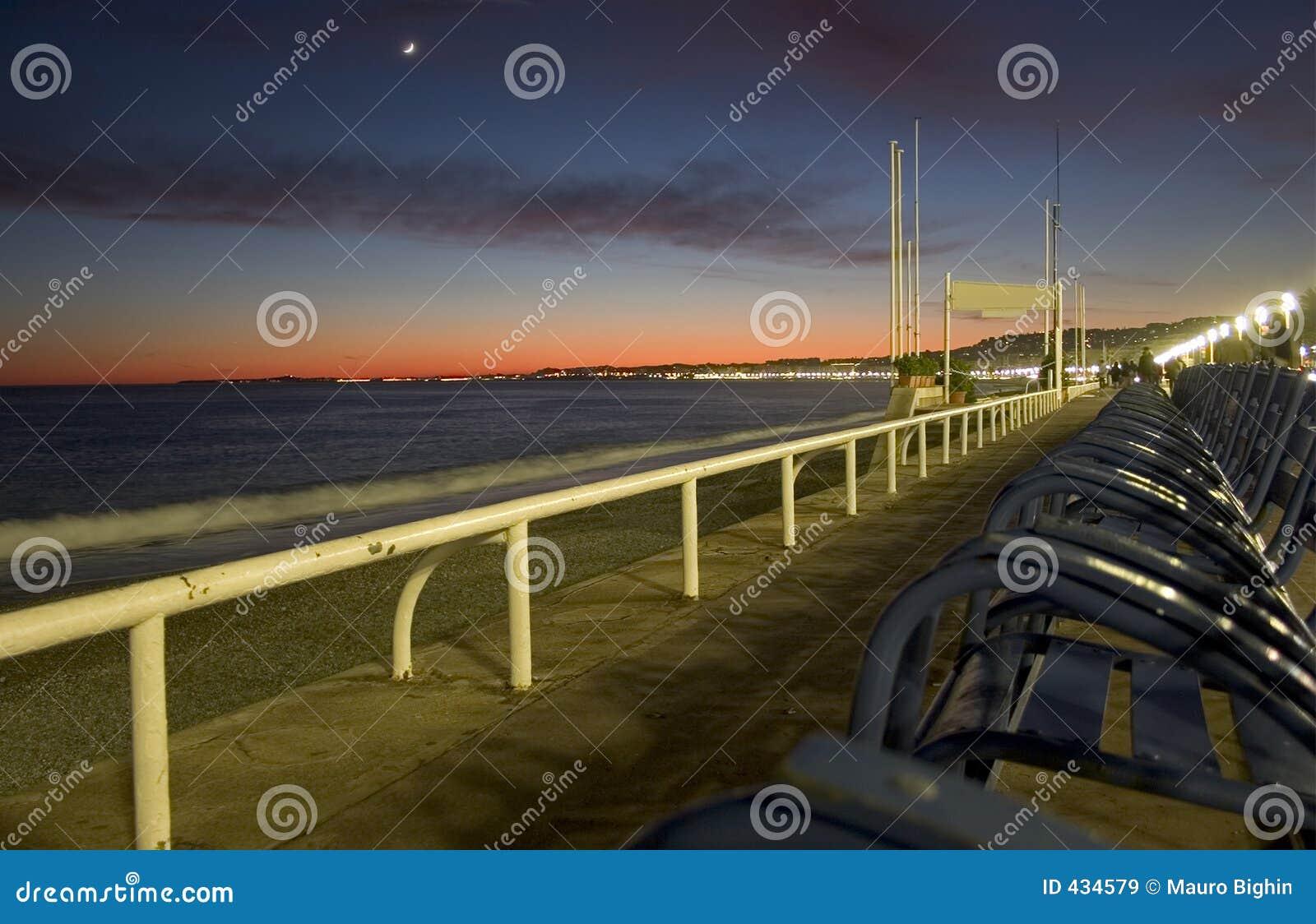 Solnedgång för promenad för anglaisdes-franc trevlig