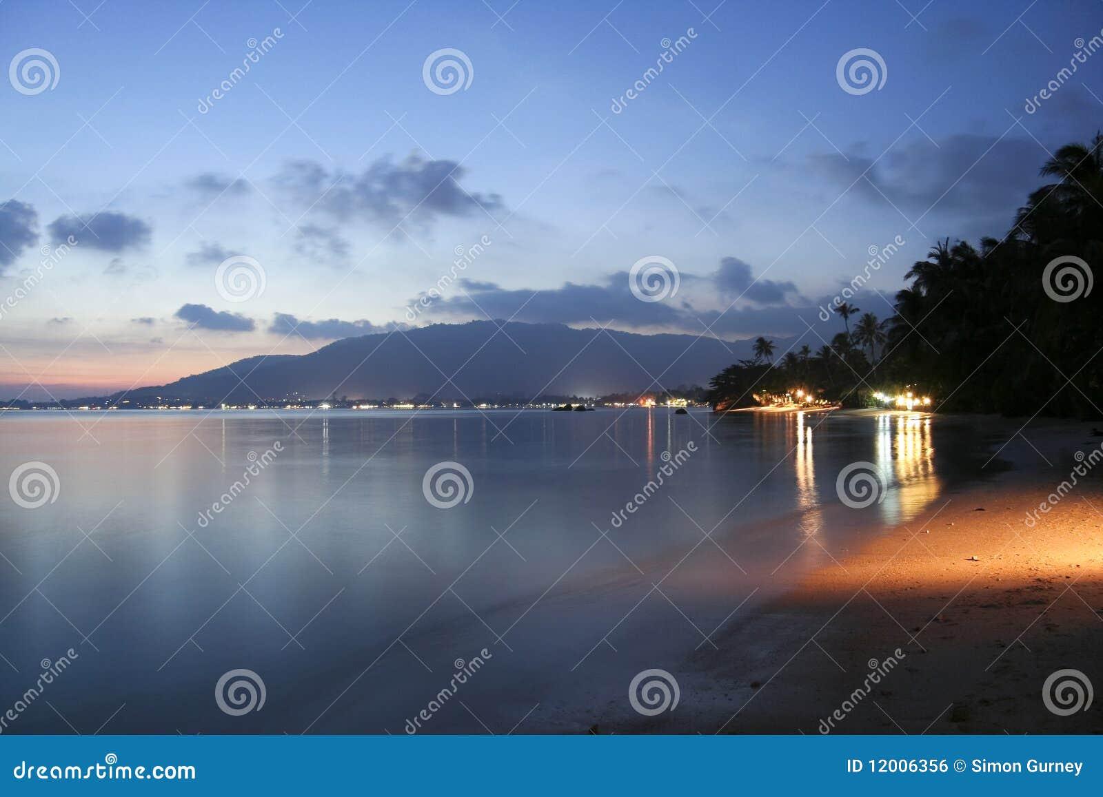 Solnedgång för samui för strandkohlamai