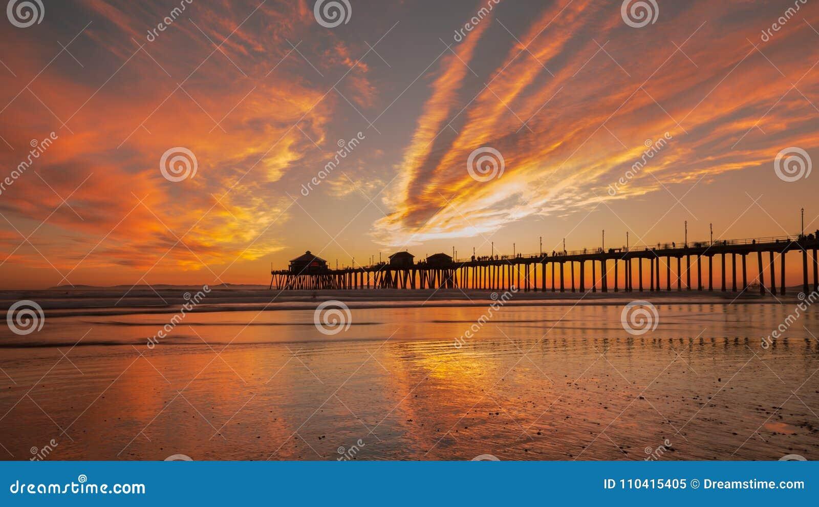 Solnedgång för strandhuntington pir Briljant orange vintersolnedgång