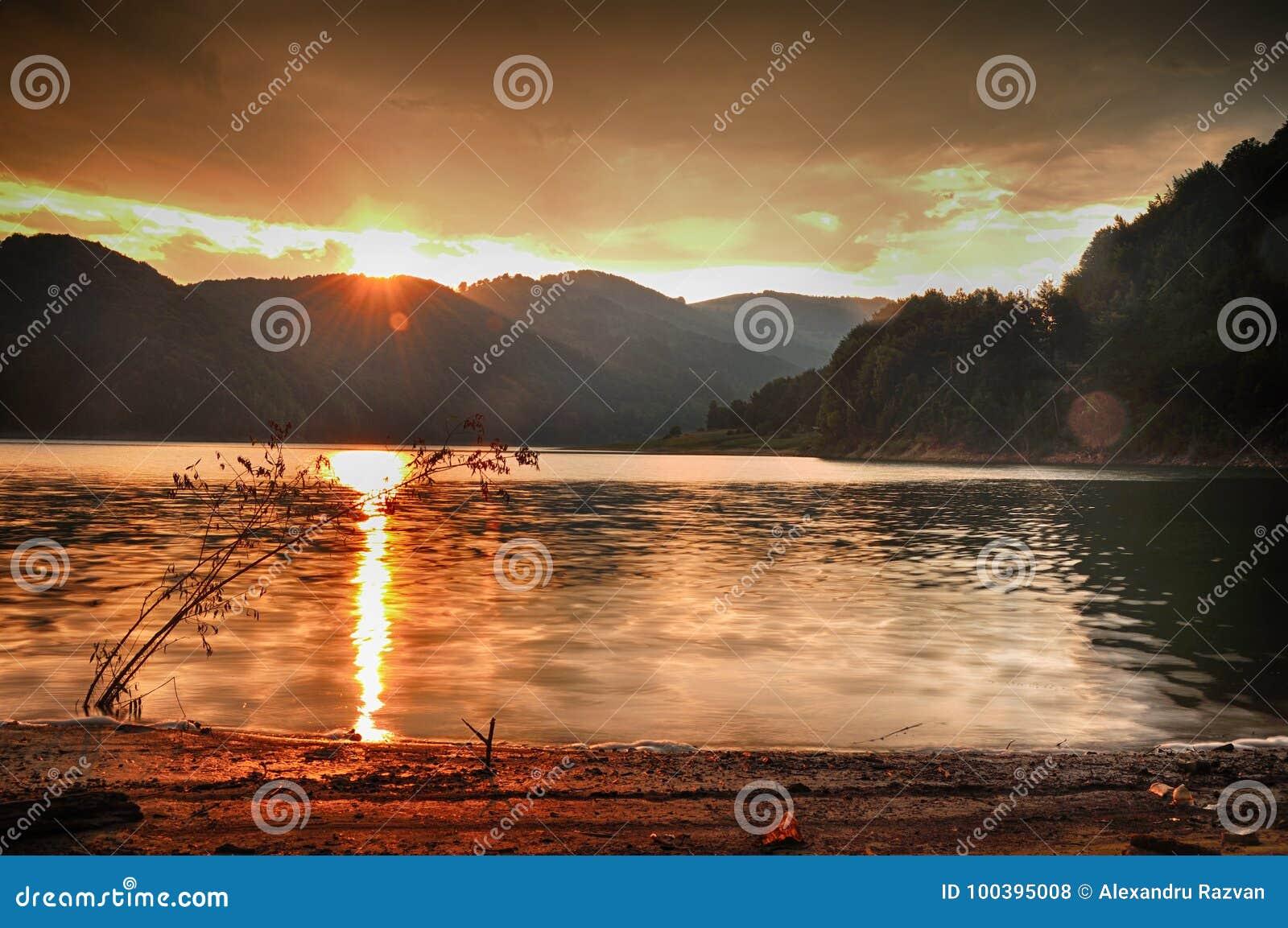 Solnedgång i berg