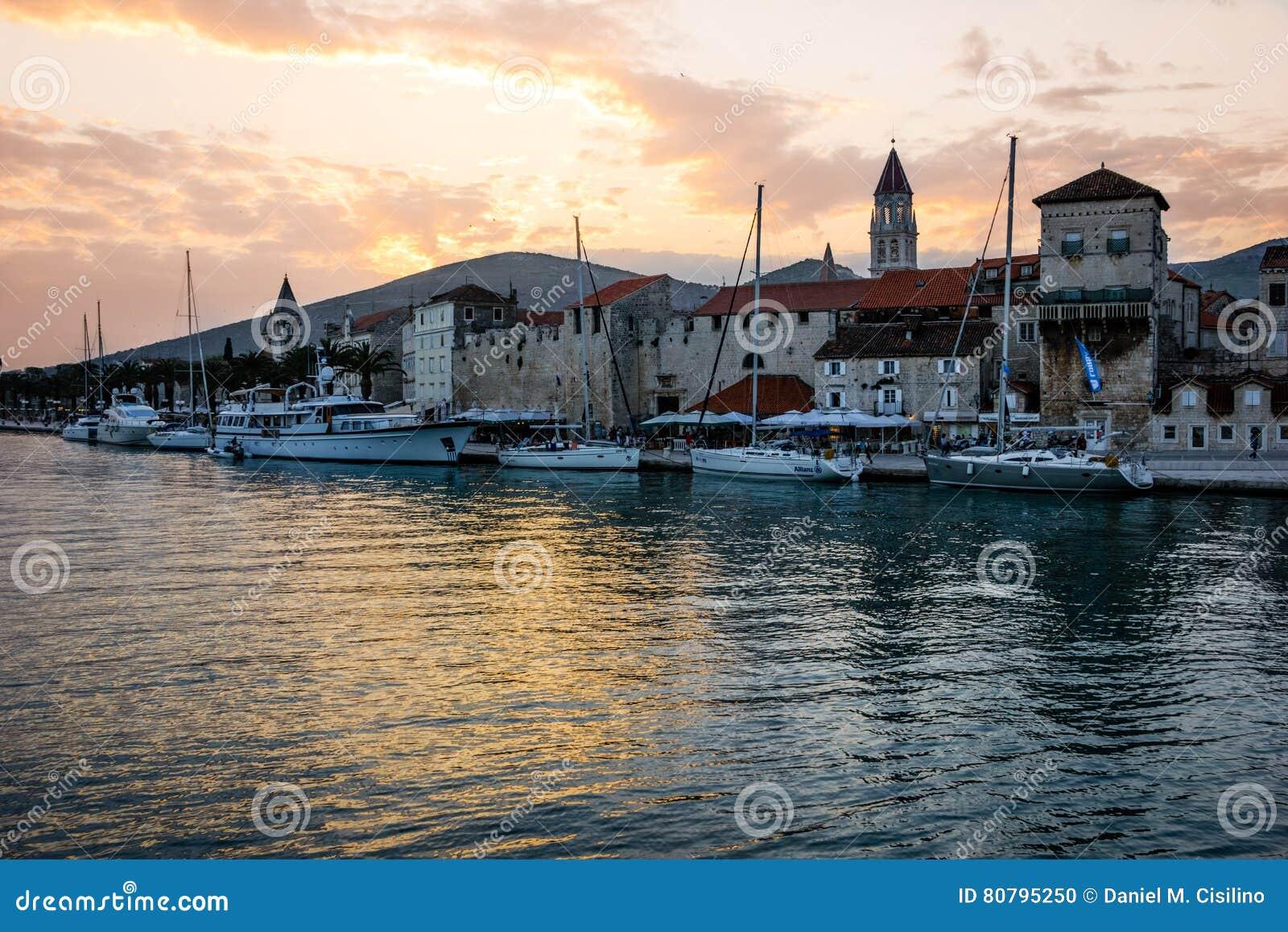 SOLNEDGÅNG I DEN GAMLA STADEN Trogir croatia