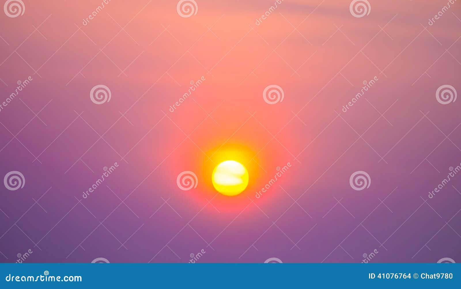 Solnedgång i den livliga himlen