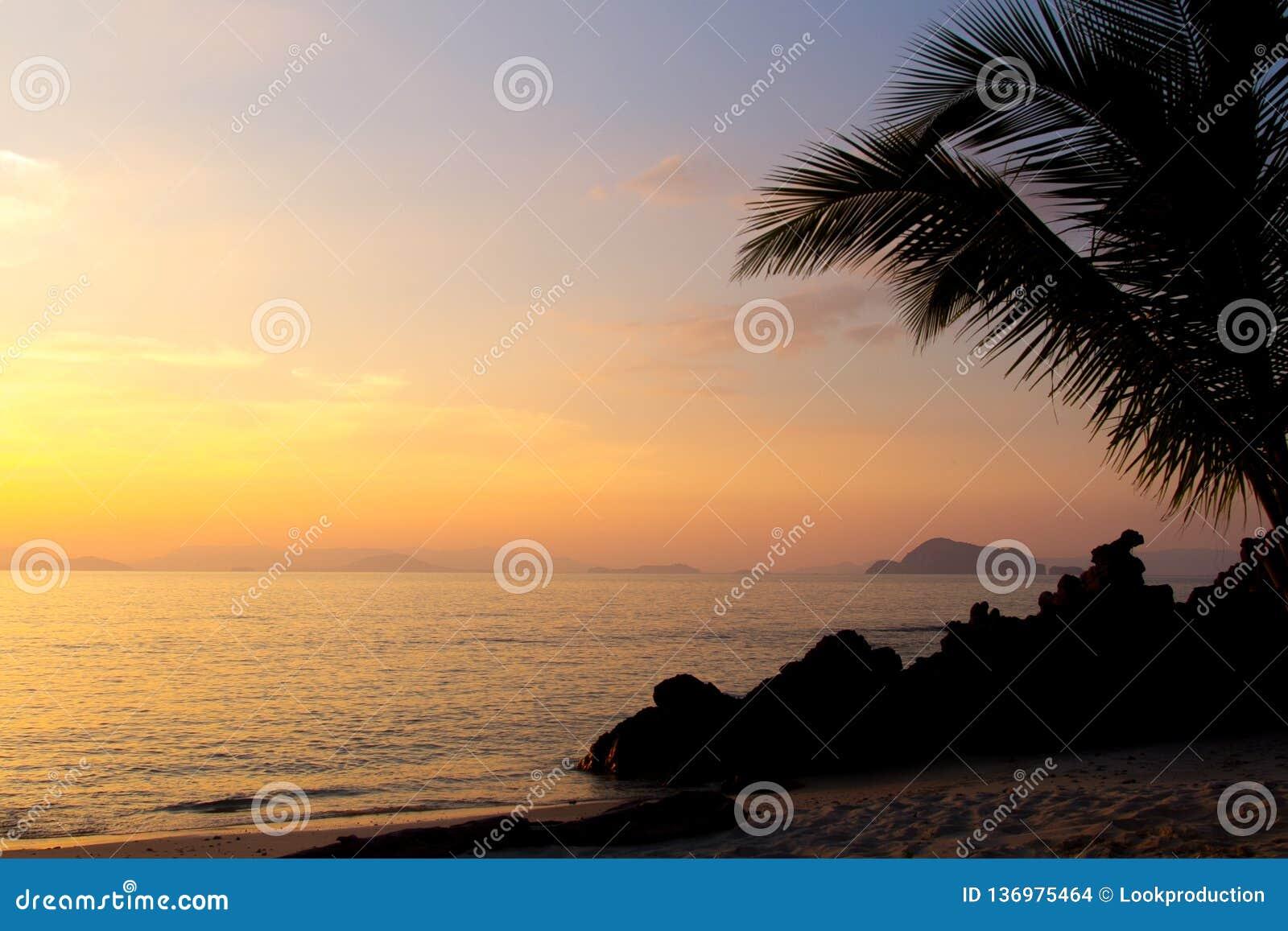 Solnedgång i ett hav