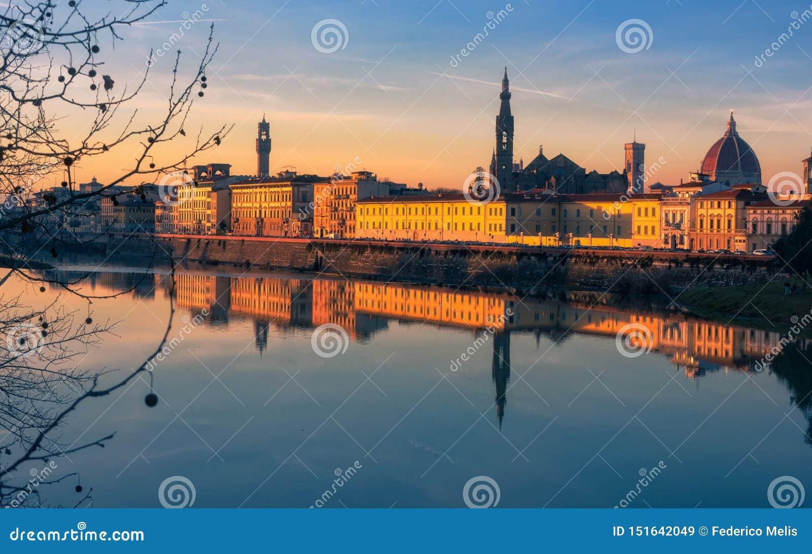 Solnedgång i Florence som reflekterar i den Arno floden, Italien