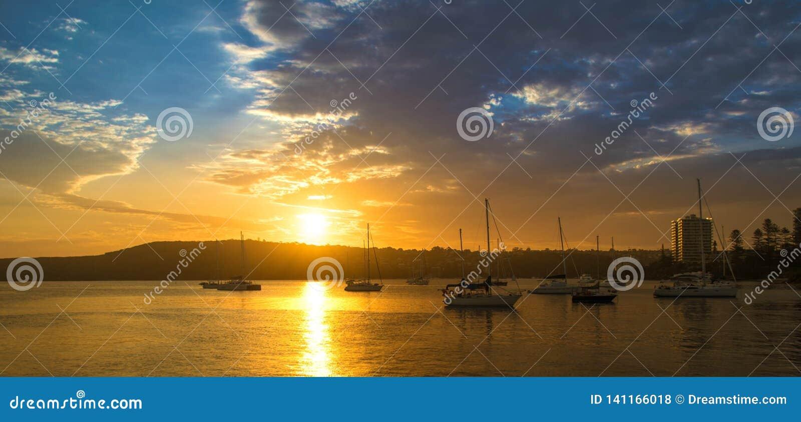 Solnedgång i hamnen av manligt