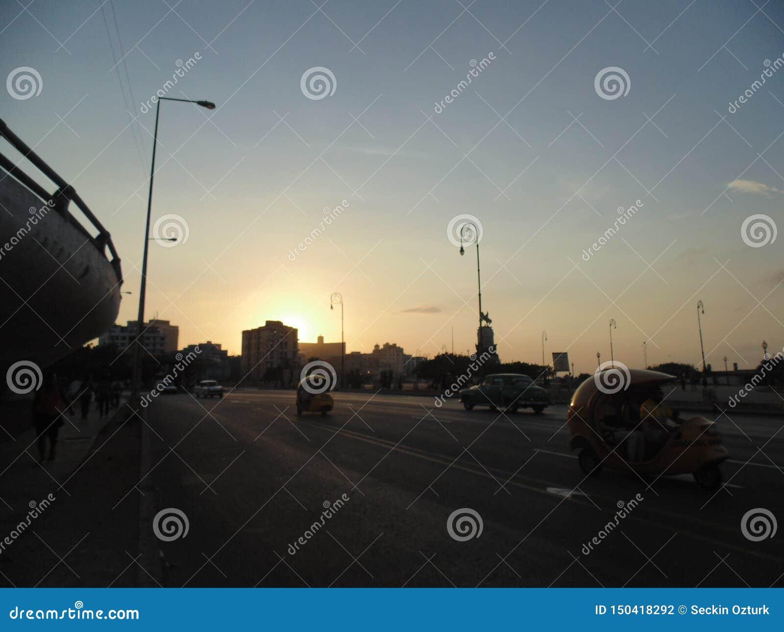 Solnedgång i Malecon, havannacigarr, Kuba