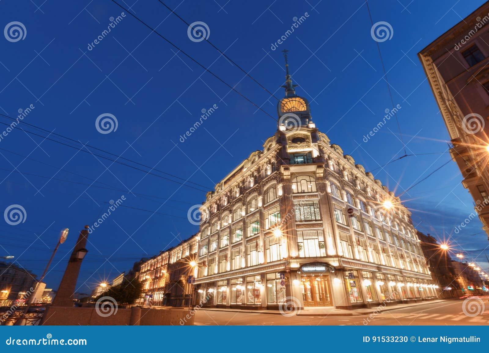 Solnedgång i staden I stadens centrum St Petersburg, rysk federation