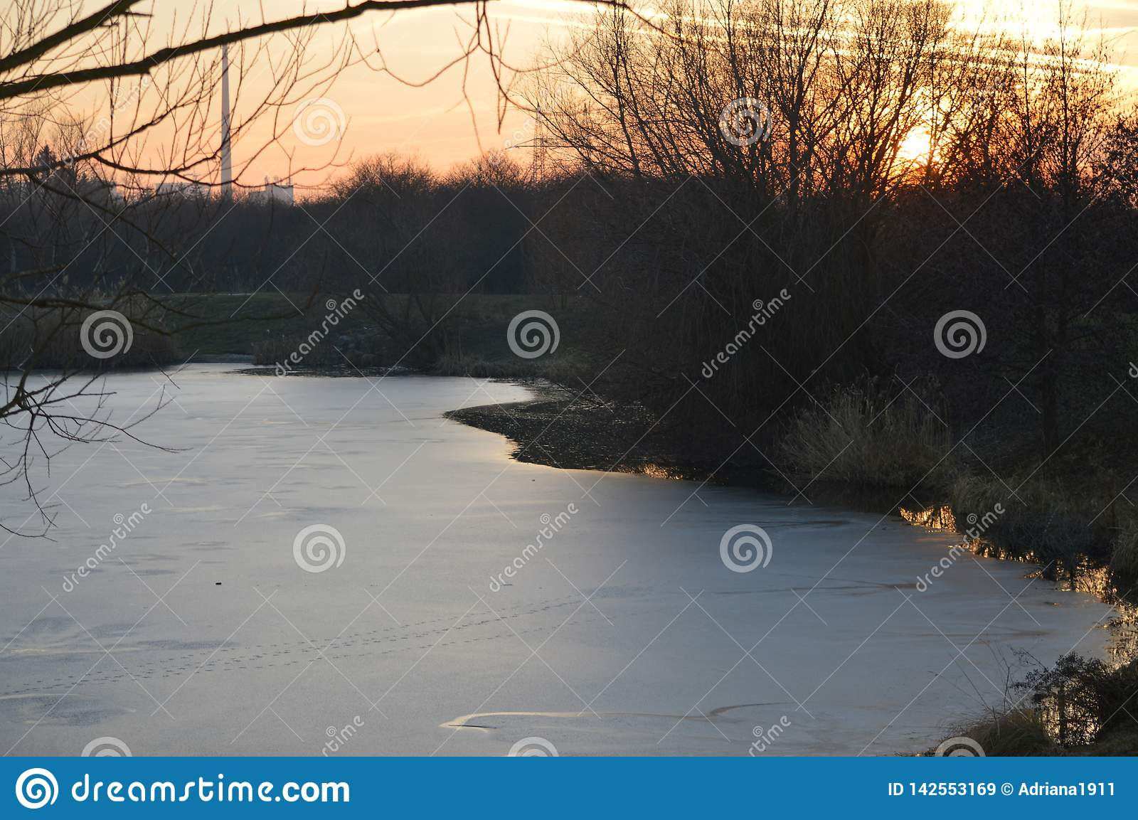 Solnedgång ovanför sjön på slutet av vintern