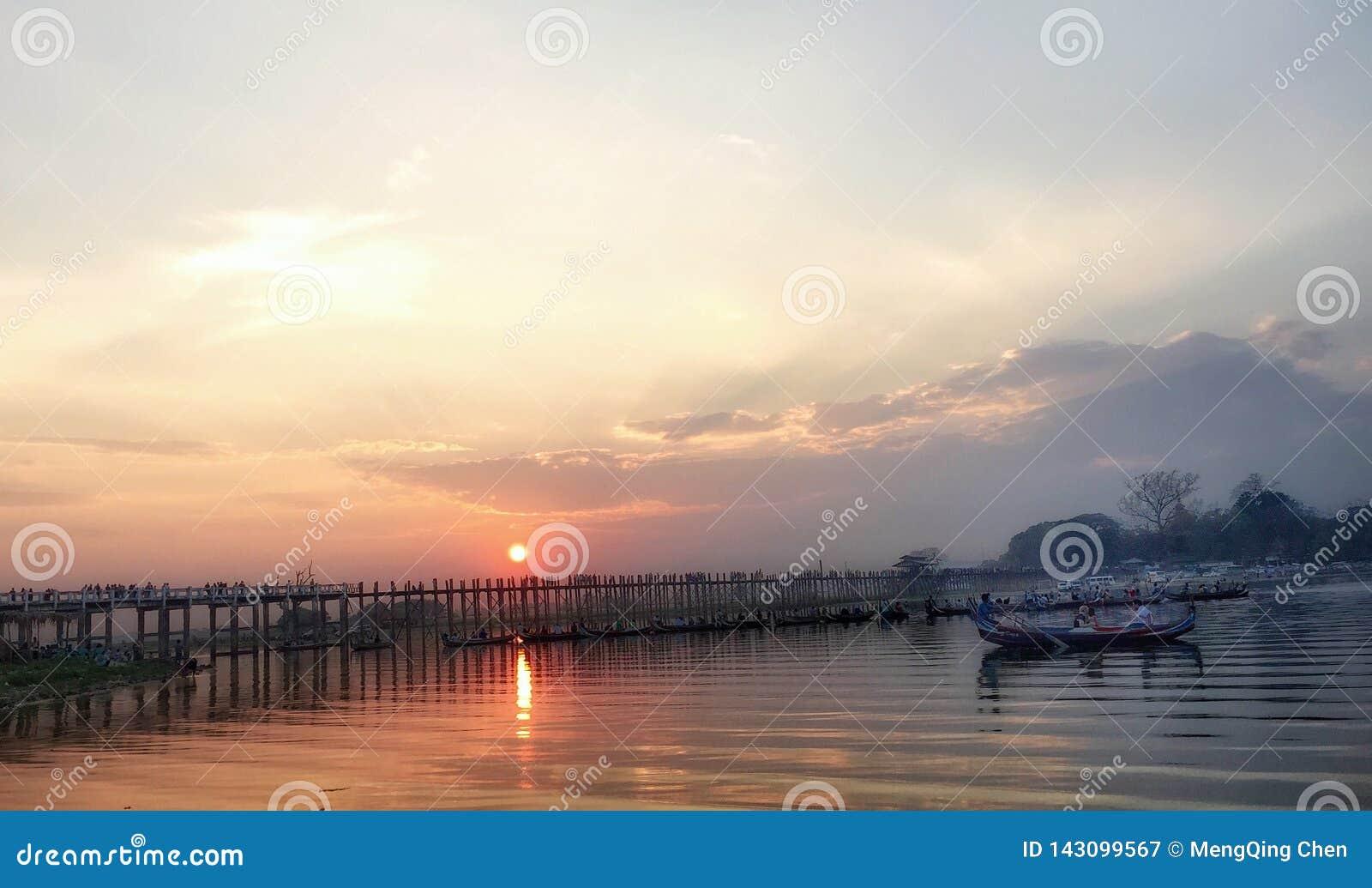 Solnedgång på bron för U Bein