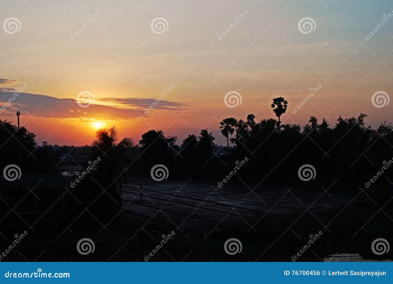 Solnedgång på bygd