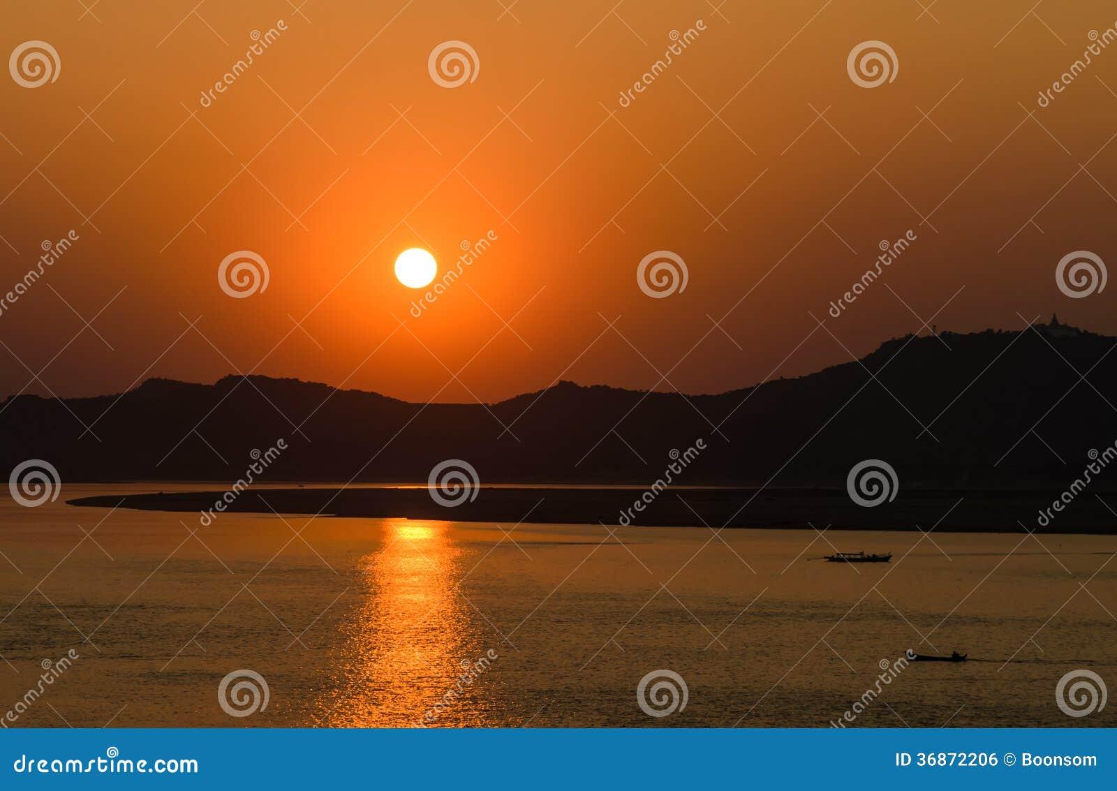 Solnedgång på den Ayeyarwady floden