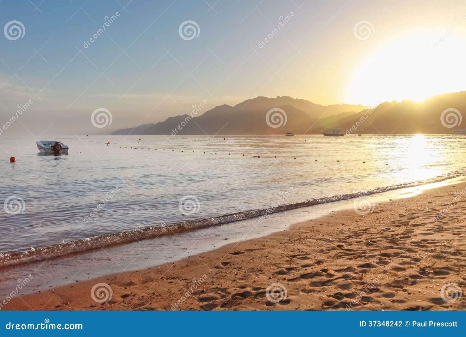 Solnedgång på den egyptiska sandiga stranden