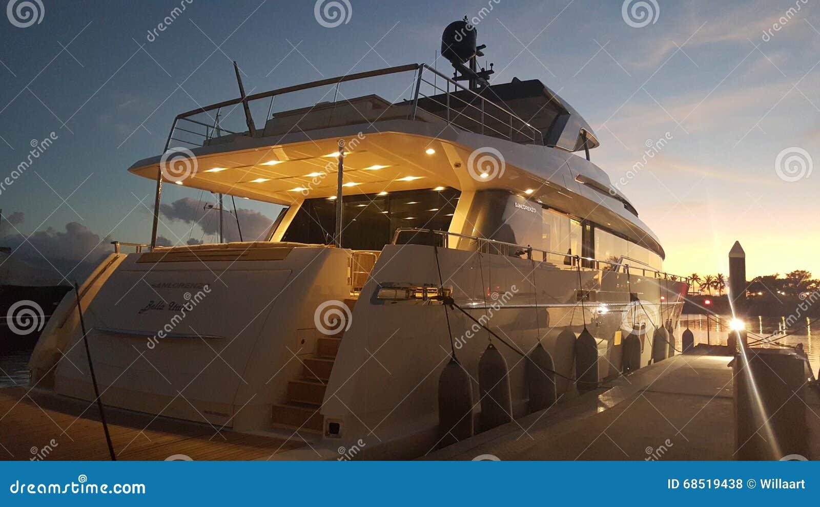 Solnedgång på den lyxiga toppna yachtmarina