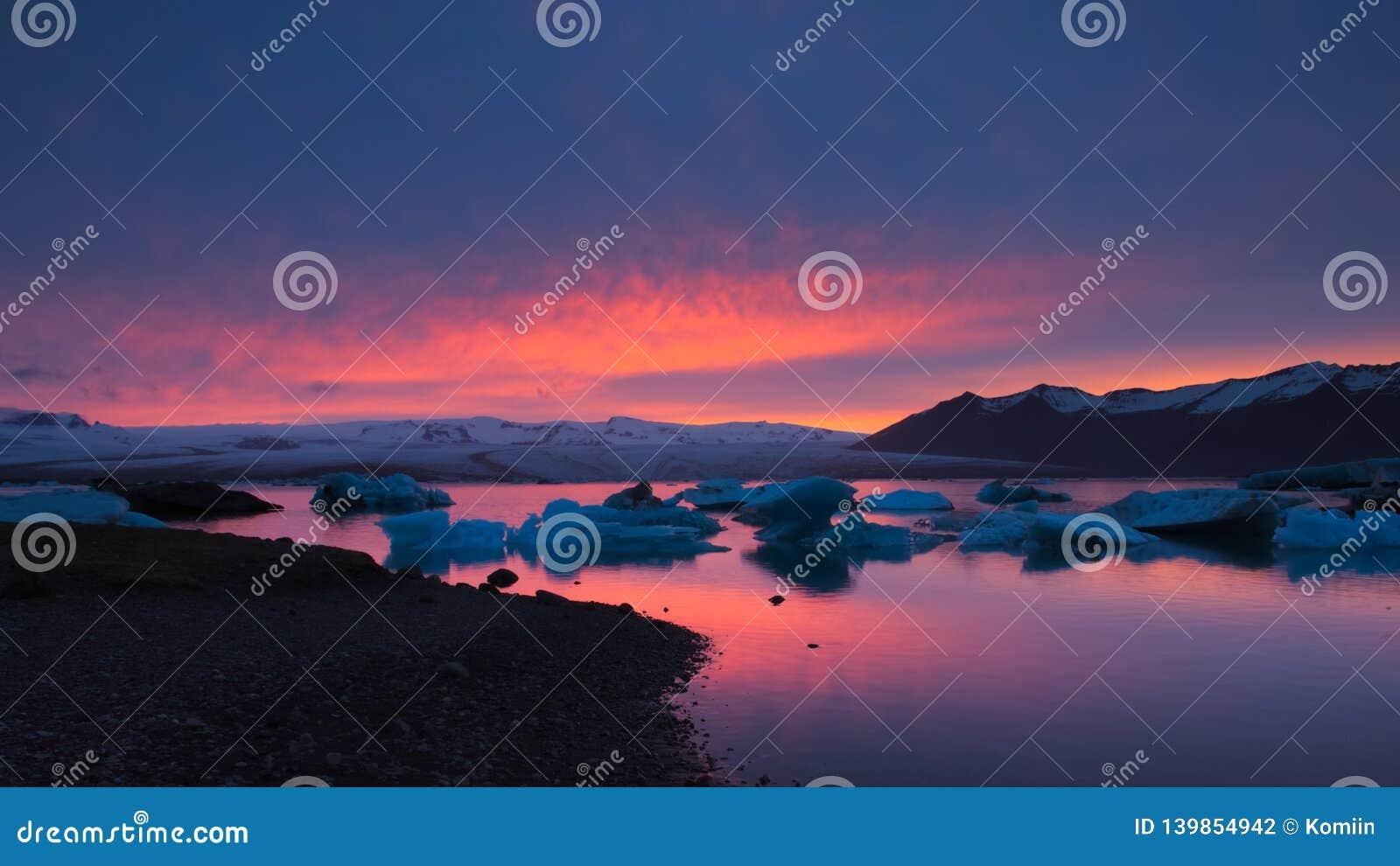 Solnedgång på Jokulsarlon den is- sjön, Island