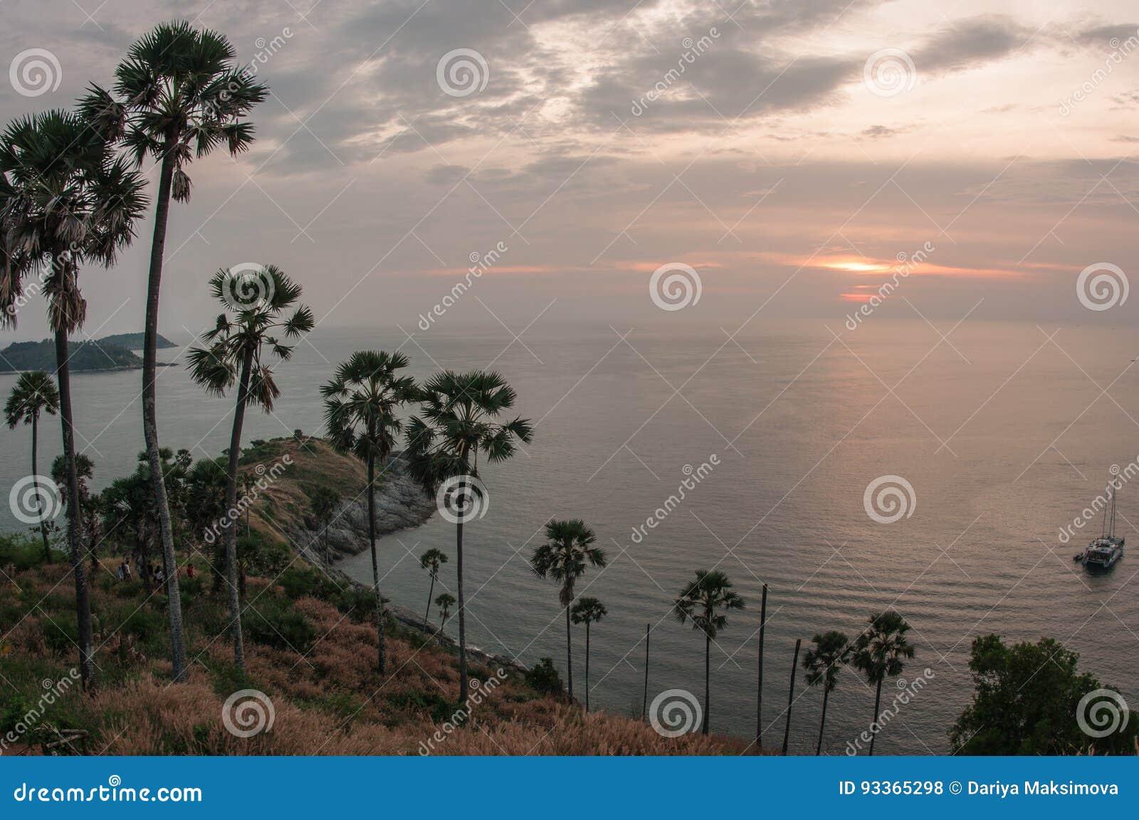 Solnedgång på Nay Harn på den Phuket ön i Thailand