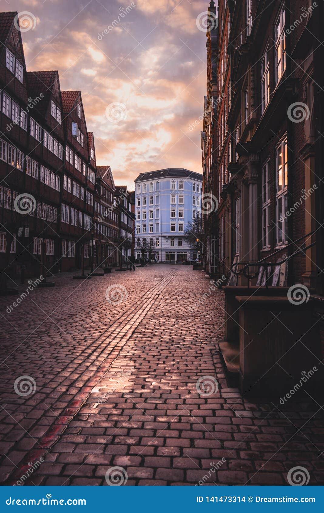 Solnedgång på Peterstraßen i Hamburg