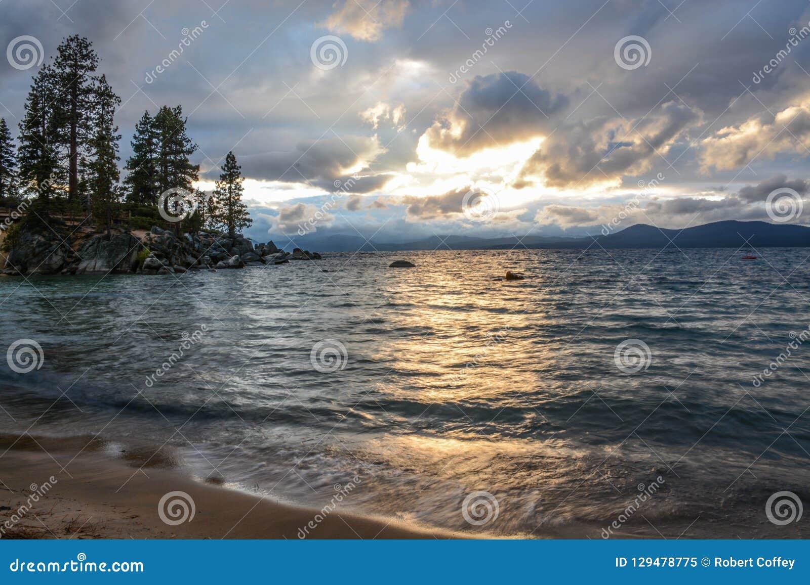 Solnedgång på sandhamnen på Lake Tahoe