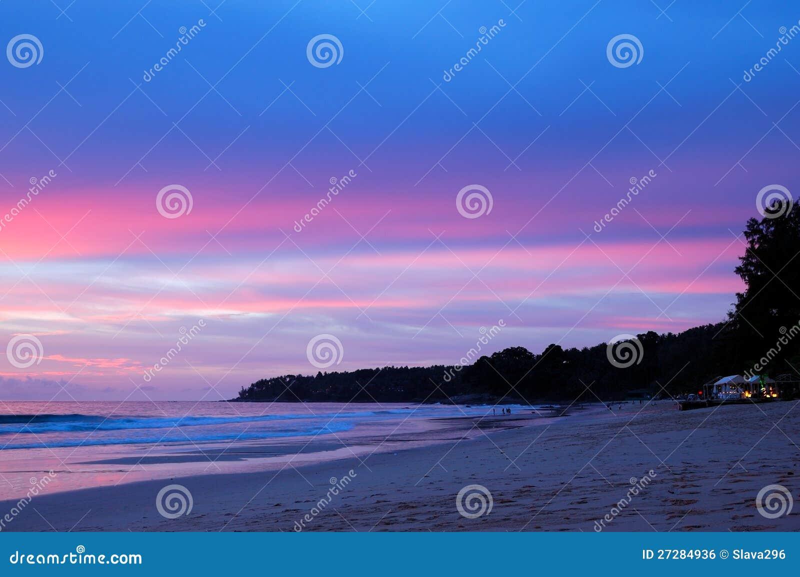Solnedgång på stranden av Indiska oceanen