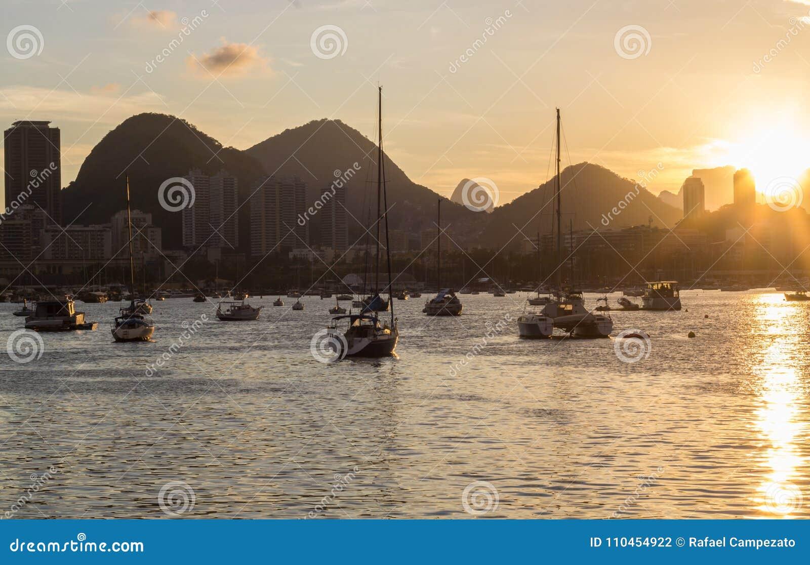 Solnedgång på urcalagun i Rio de Janeiro