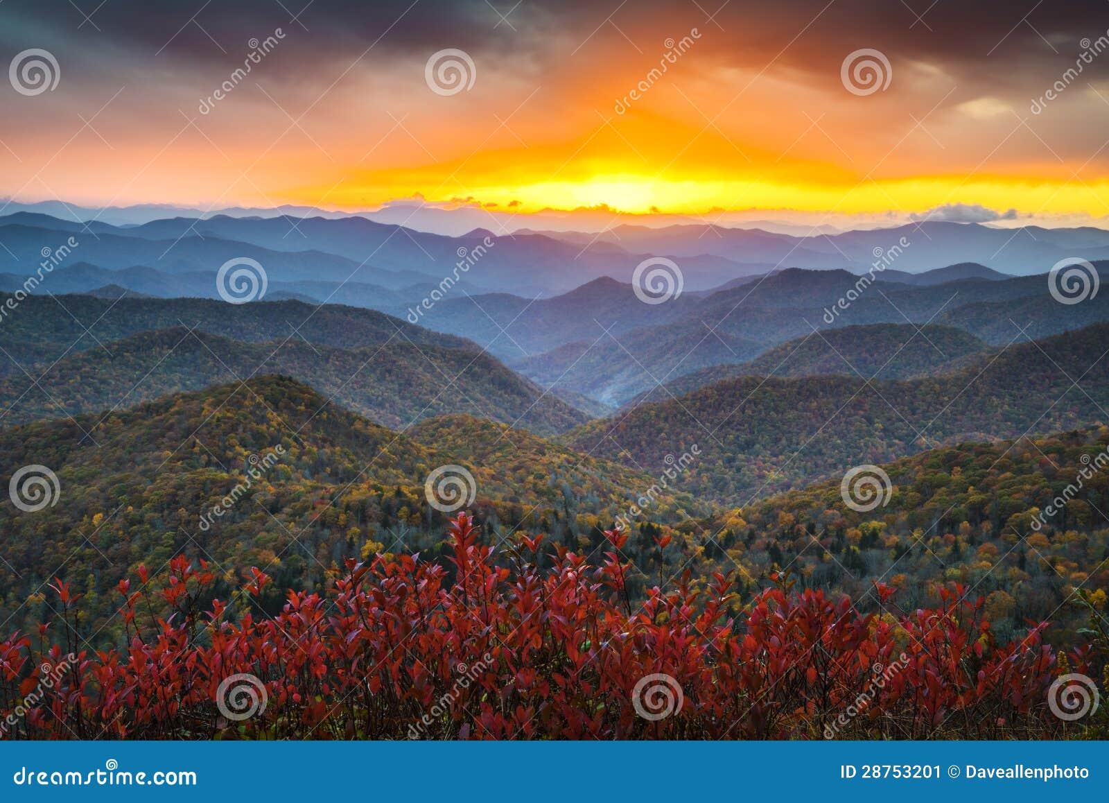 Solnedgång västra NC för berg för höst för blåttRidge gångallé Appalachian