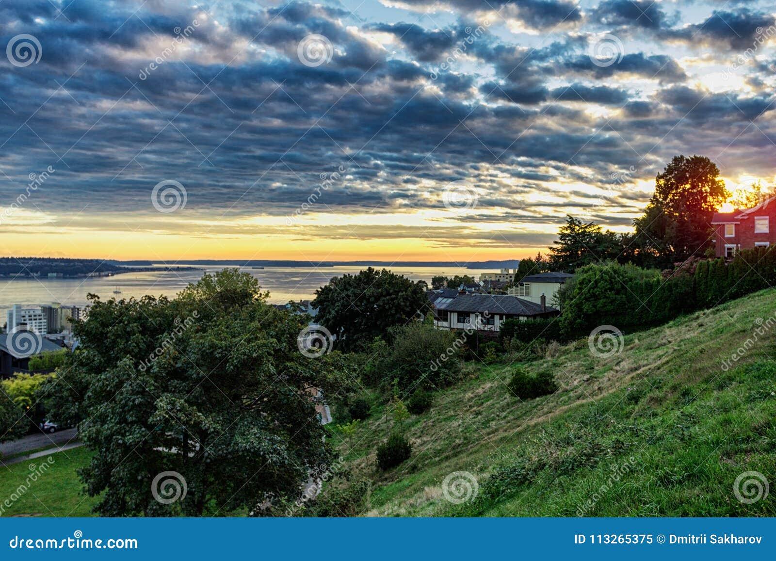 Solnedgången i den Seattle sikten från Kerry parkerar
