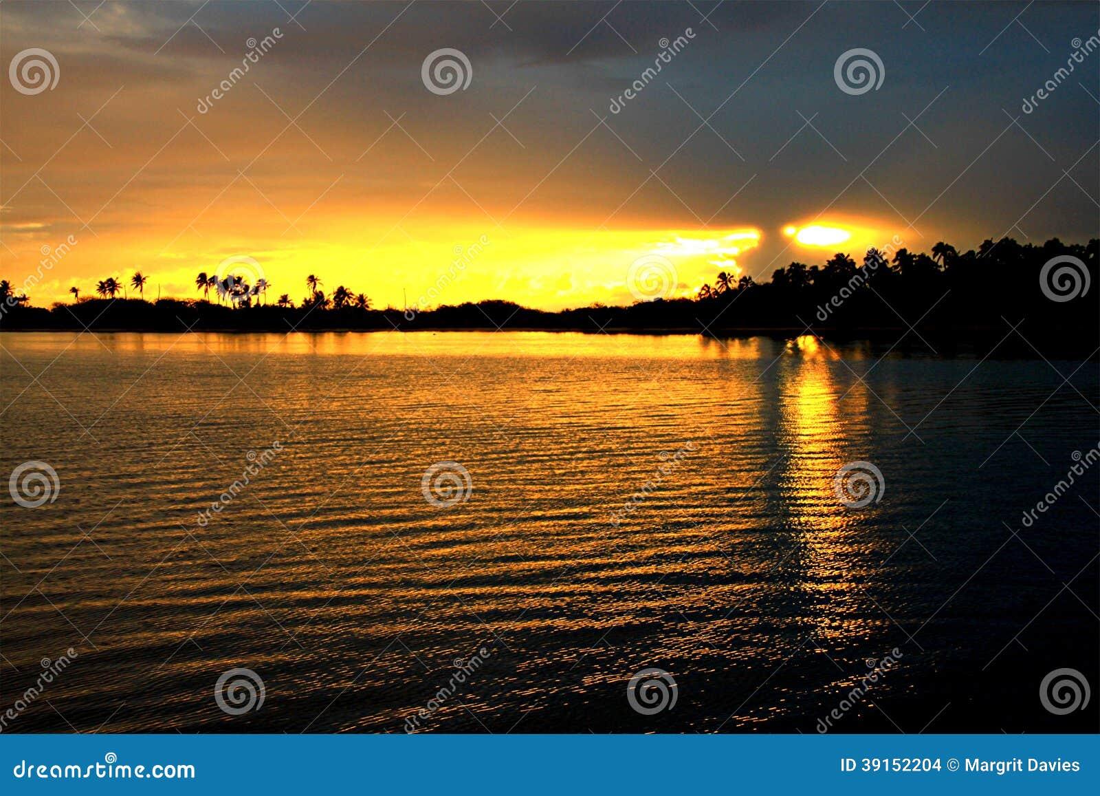 Solnedgången i Tuamotuen är
