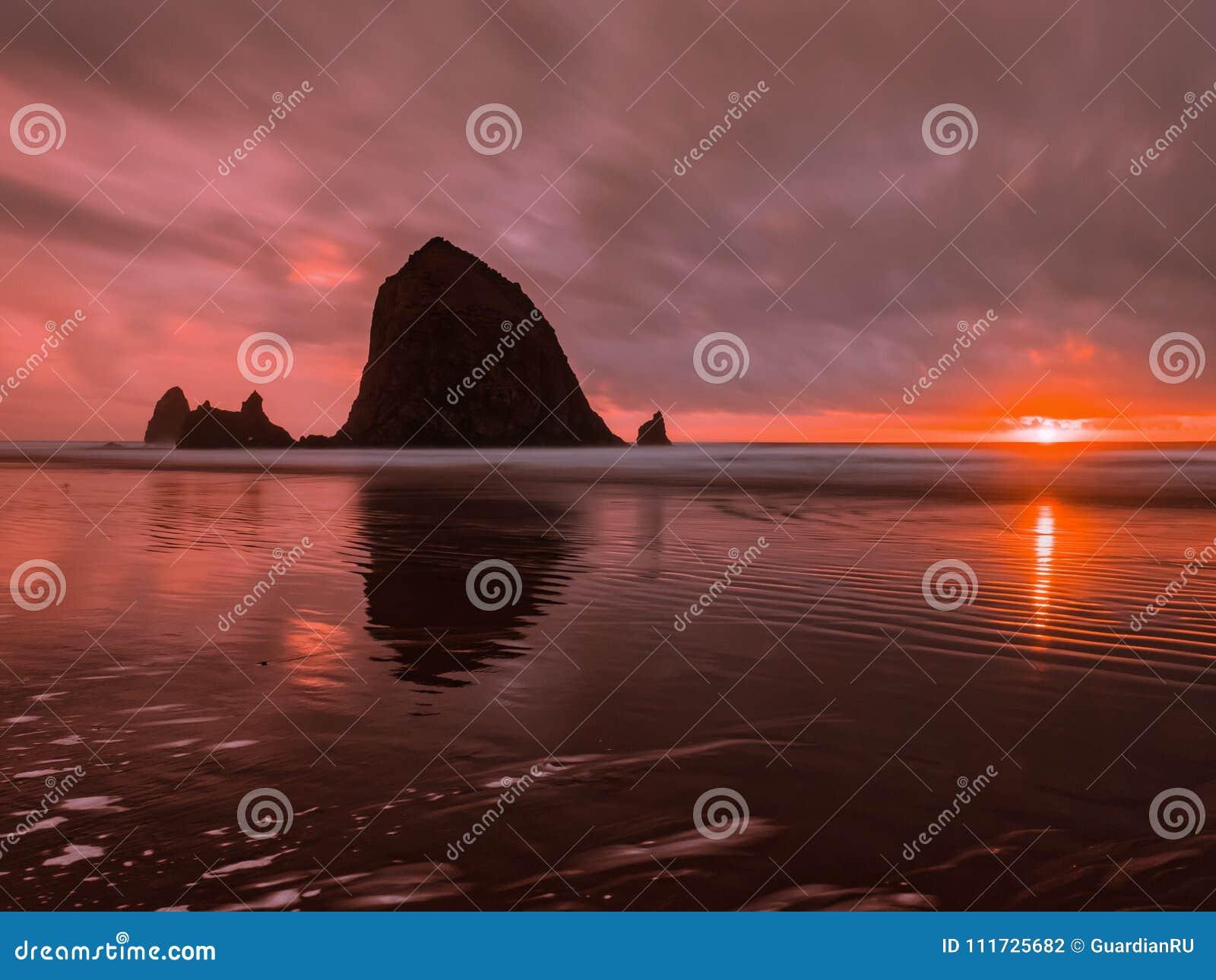 Solnedgången på oregonen seglar utmed kusten