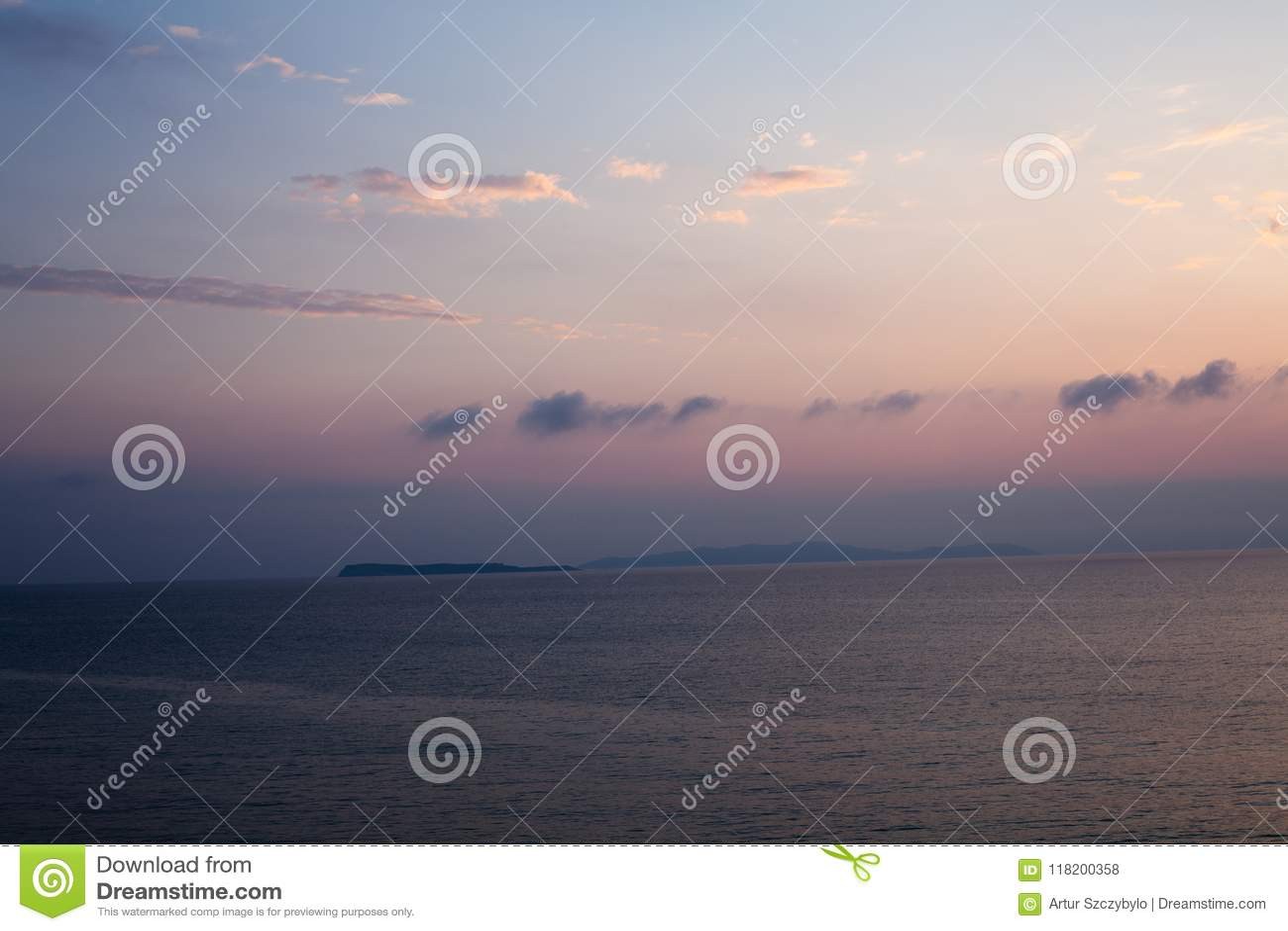 Solnedgången på stranden med något fördunklar i himlen Blåa och rosa skuggor med mörka moln placera sig quiet Avslappnande plats