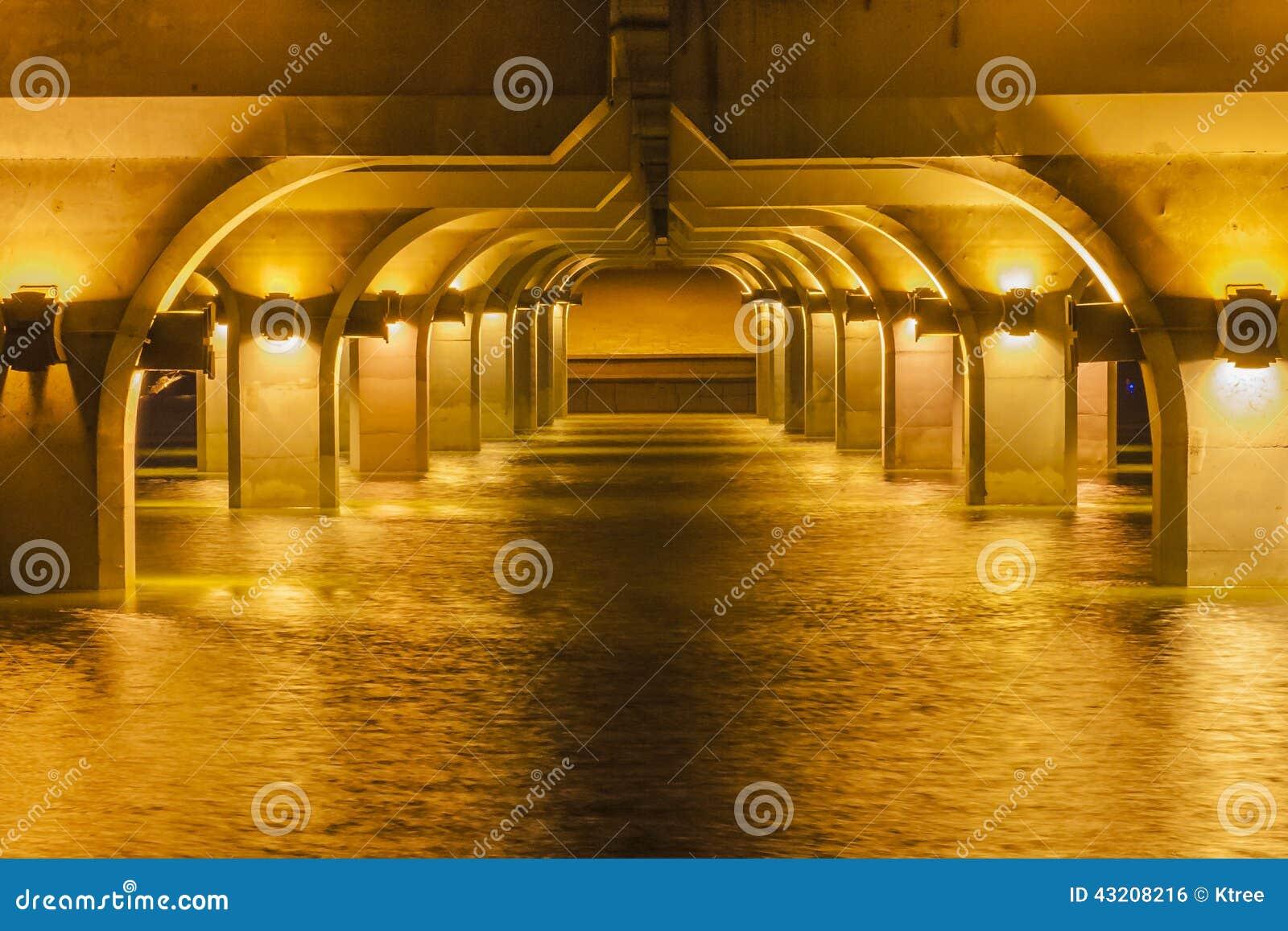 Download Solnedgången Reflekterade Av Vattnet Arkivfoto - Bild av färgrikt, reflektera: 43208216