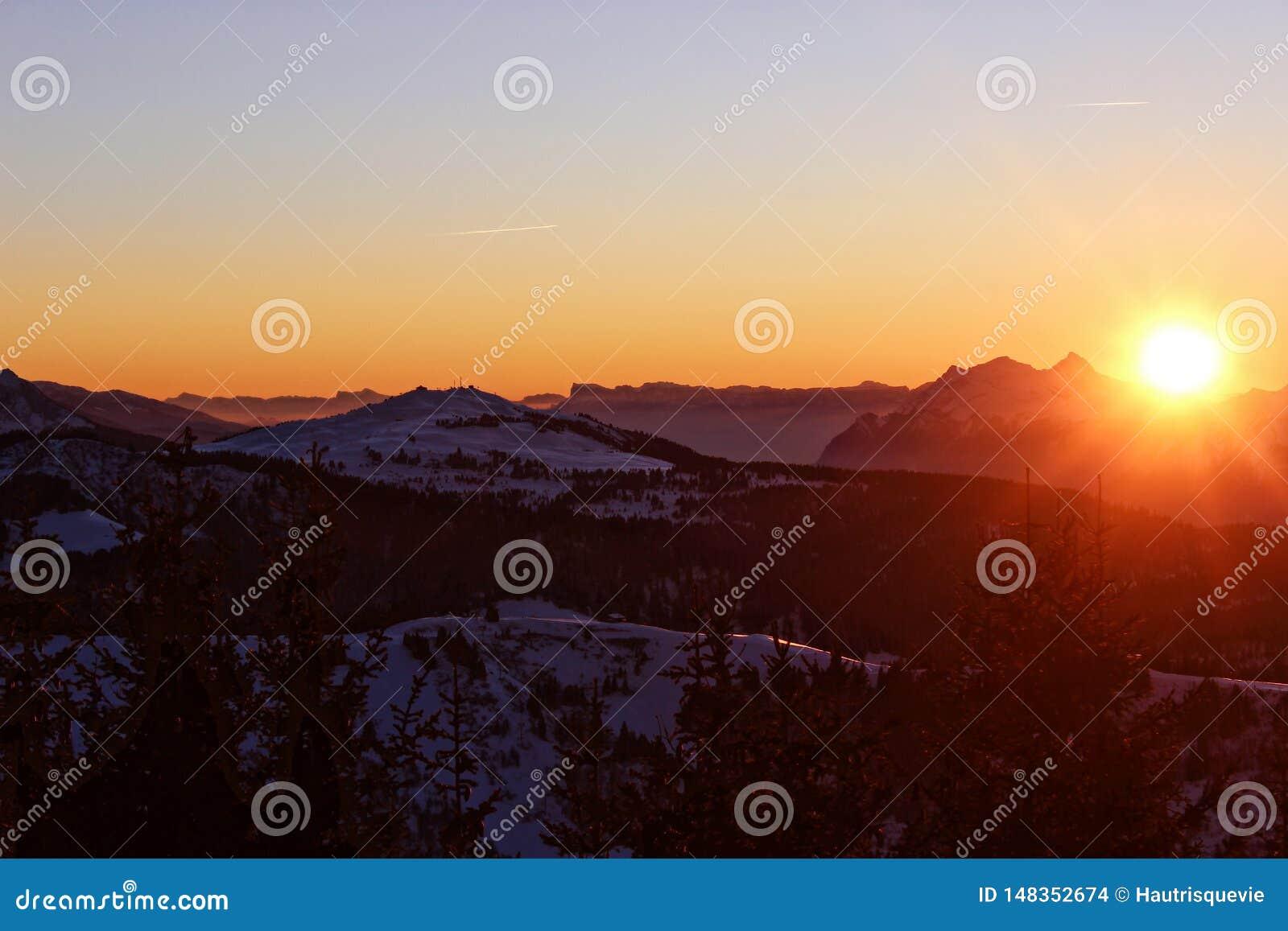 Solnedgången smeker bergen i de franska fjällängarna