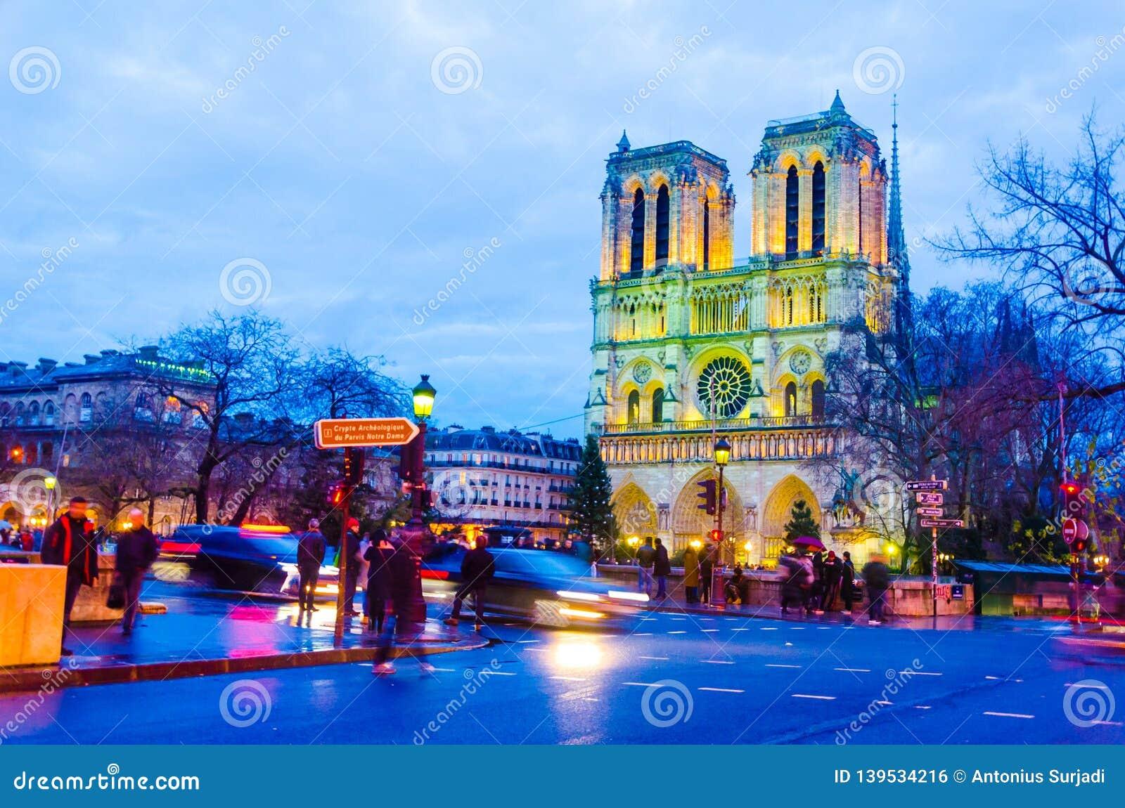 Solnedgångplats på den Notre Dame domkyrkakyrkan i Paris