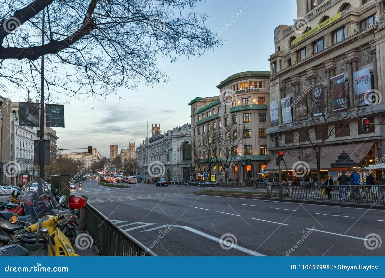 Solnedgångsikt av den Alcala gatan i stad av Madrid, Spanien