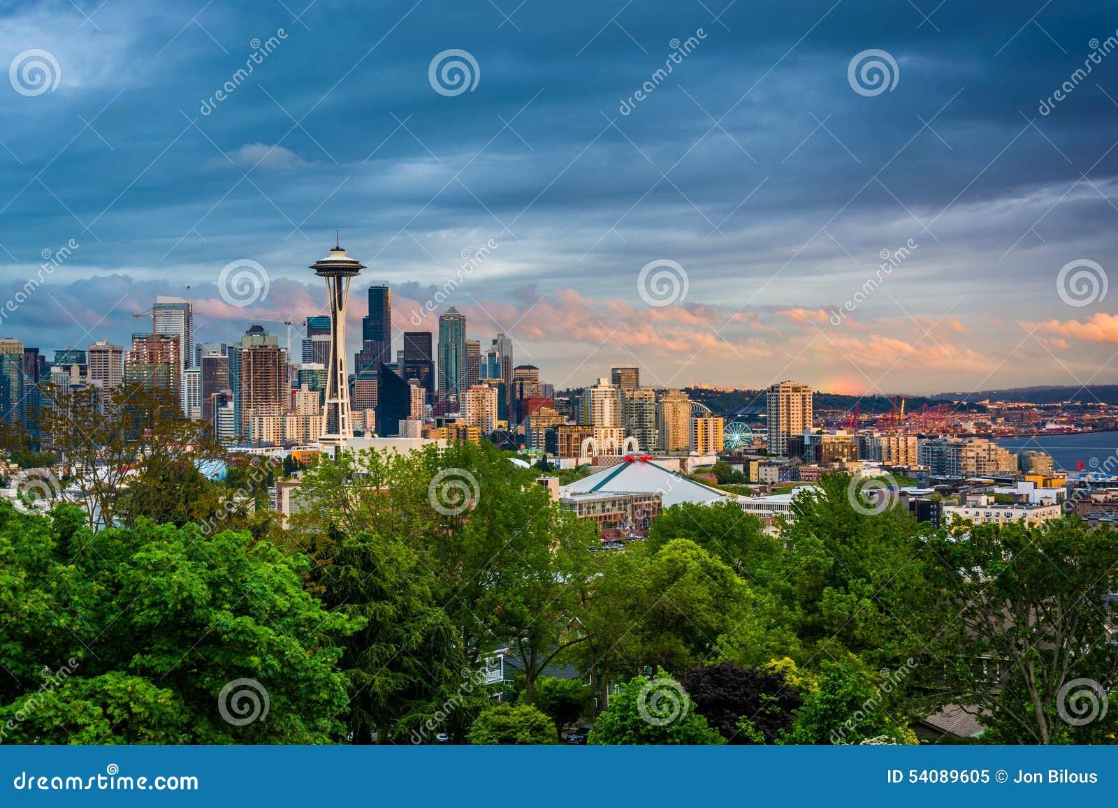 Solnedgångsikt av den Seattle horisonten från Kerry Park, i Seattle,