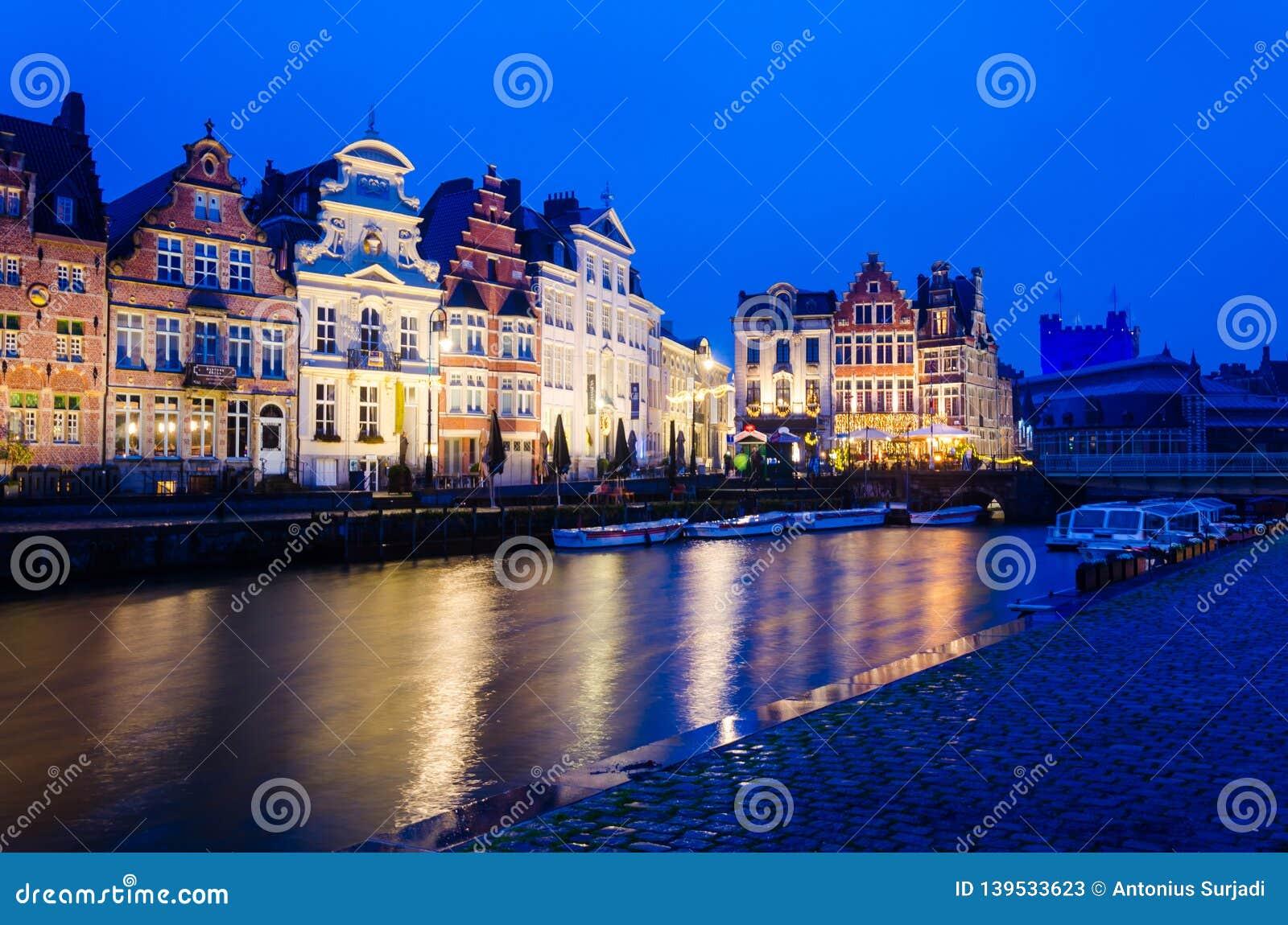 Solnedgångsikt av traditionella hus i Ghent, Belgien