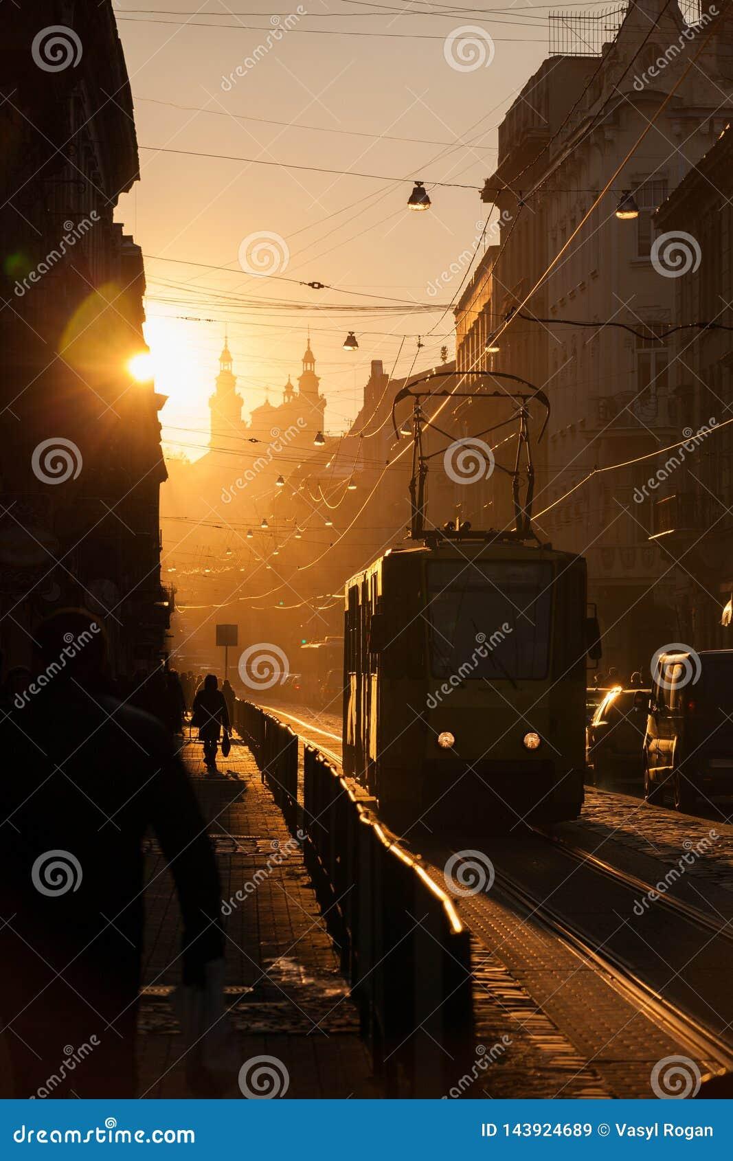 Solnedg?ng i Lviv Doroshenko gata historisk center stad