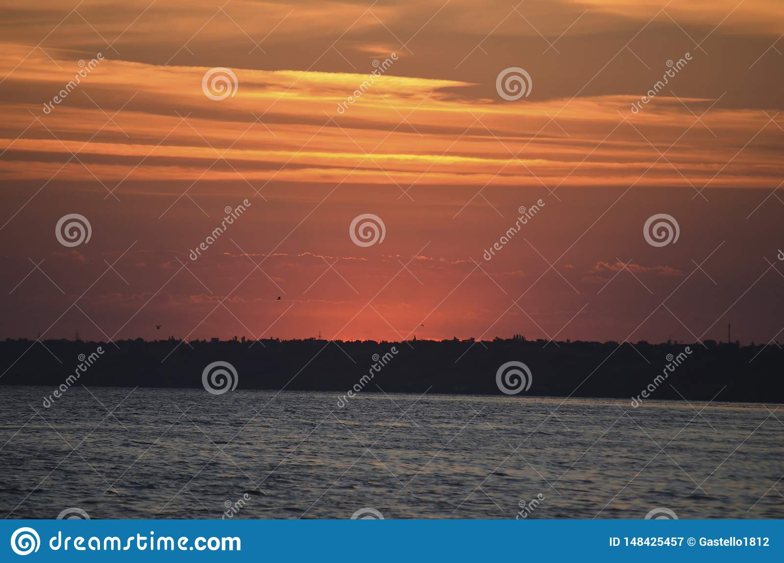 Solnedg?ng p? kusten Solen dolde bak den motsatta kusten 100f 2 8 28 f?r kameraafton f f?r 301 ai velvia f?r sommar f?r nikon s f