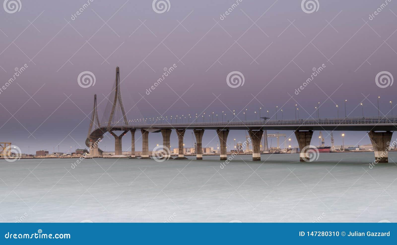 Solnedg?ngsikt av Puente de la Constitucion de 1812 aka Puente de La Pepe, Cadiz, Andalucia, Spanien