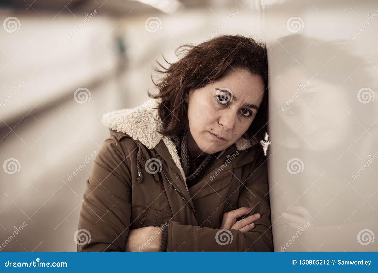 Solo desgraciado gritador triste deprimido de la sensaci?n de la mujer joven en submarino
