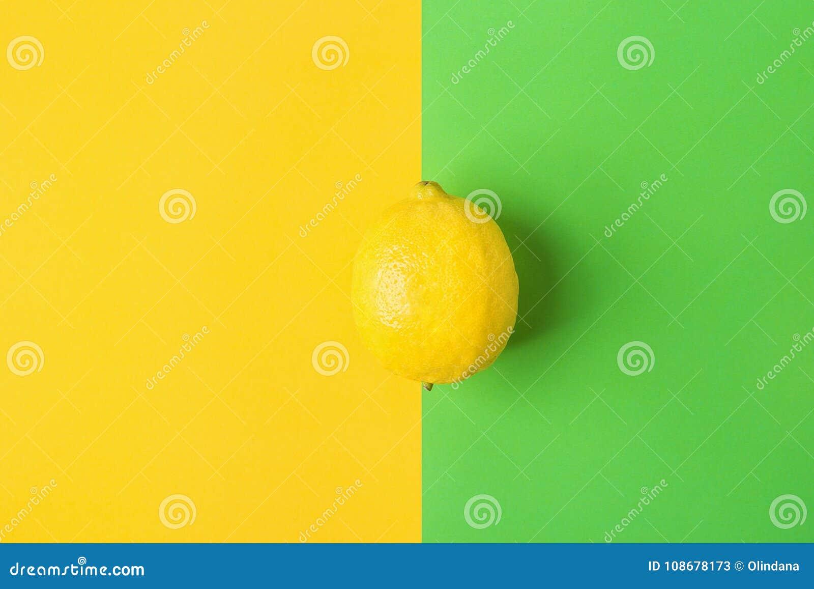 Solo limón maduro brillante en fondo del contraste de la combinación de colores verdes amarillos Imagen creativa diseñada
