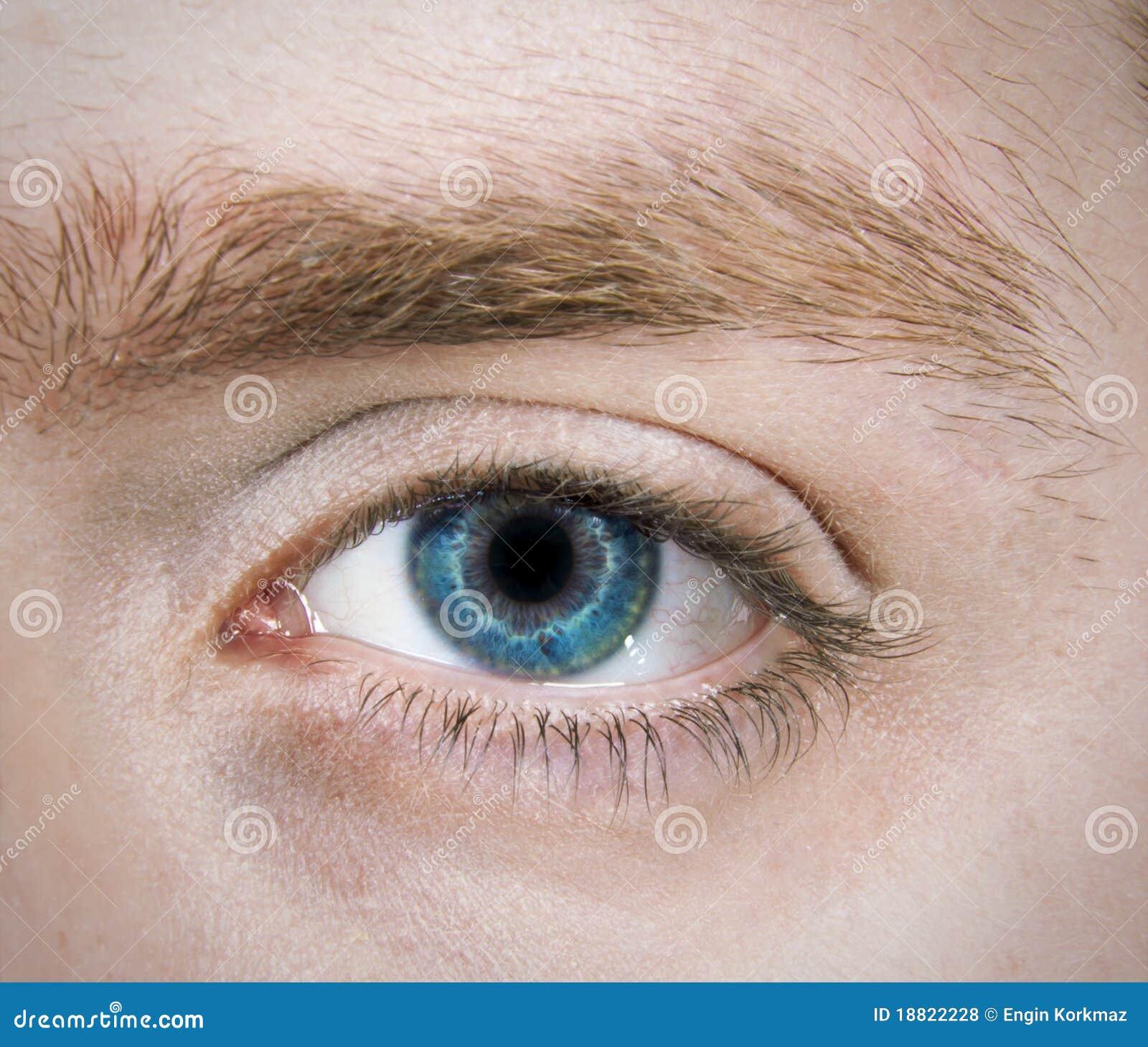 hombre de un solo ojo