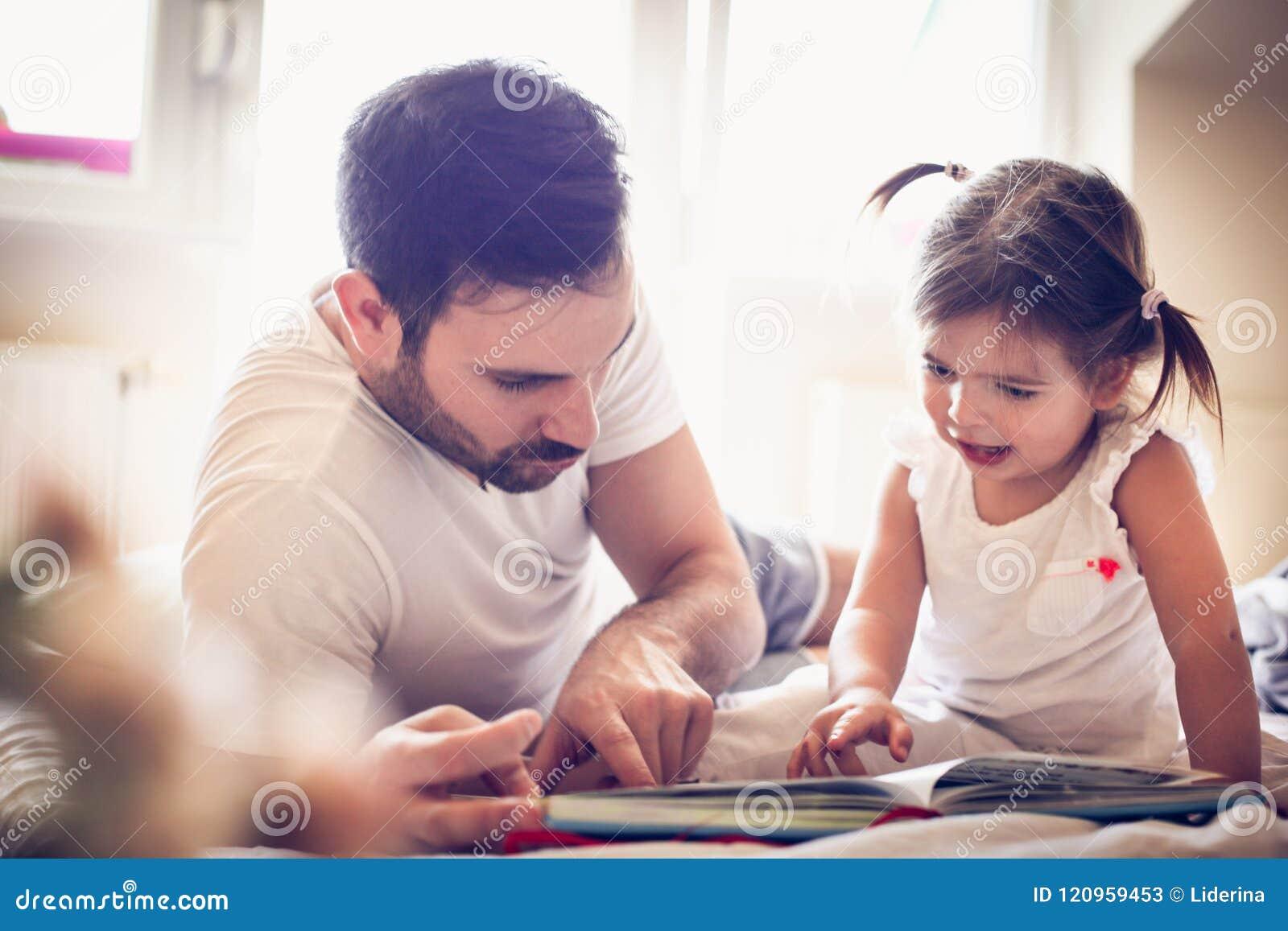 Solo padre joven que monta su cuento de hadas de la niña