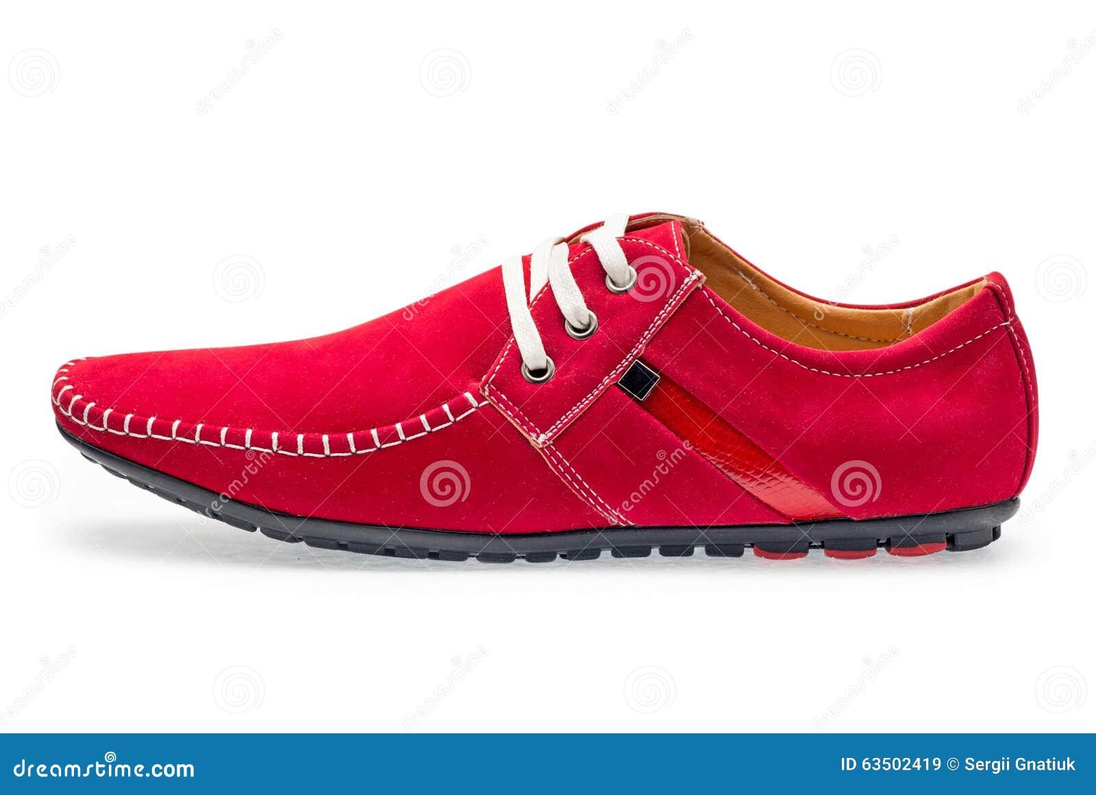 c94b2e0203 Solos mocasines masculinos de cuero del color rojo con los cordones en un  fondo blanco