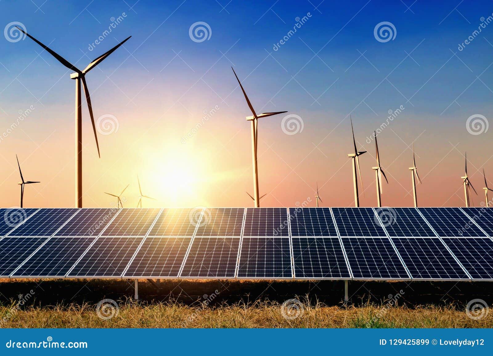 Solpanel med bakgrund för blå himmel för turbin och för solnedgång Begrepp