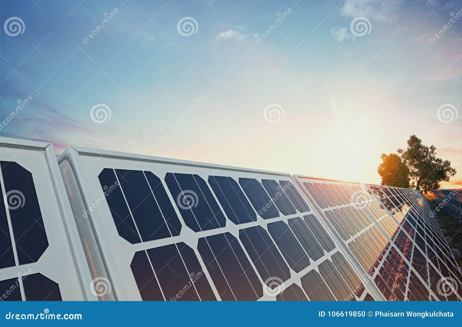 Solpanel på himmelbakgrund