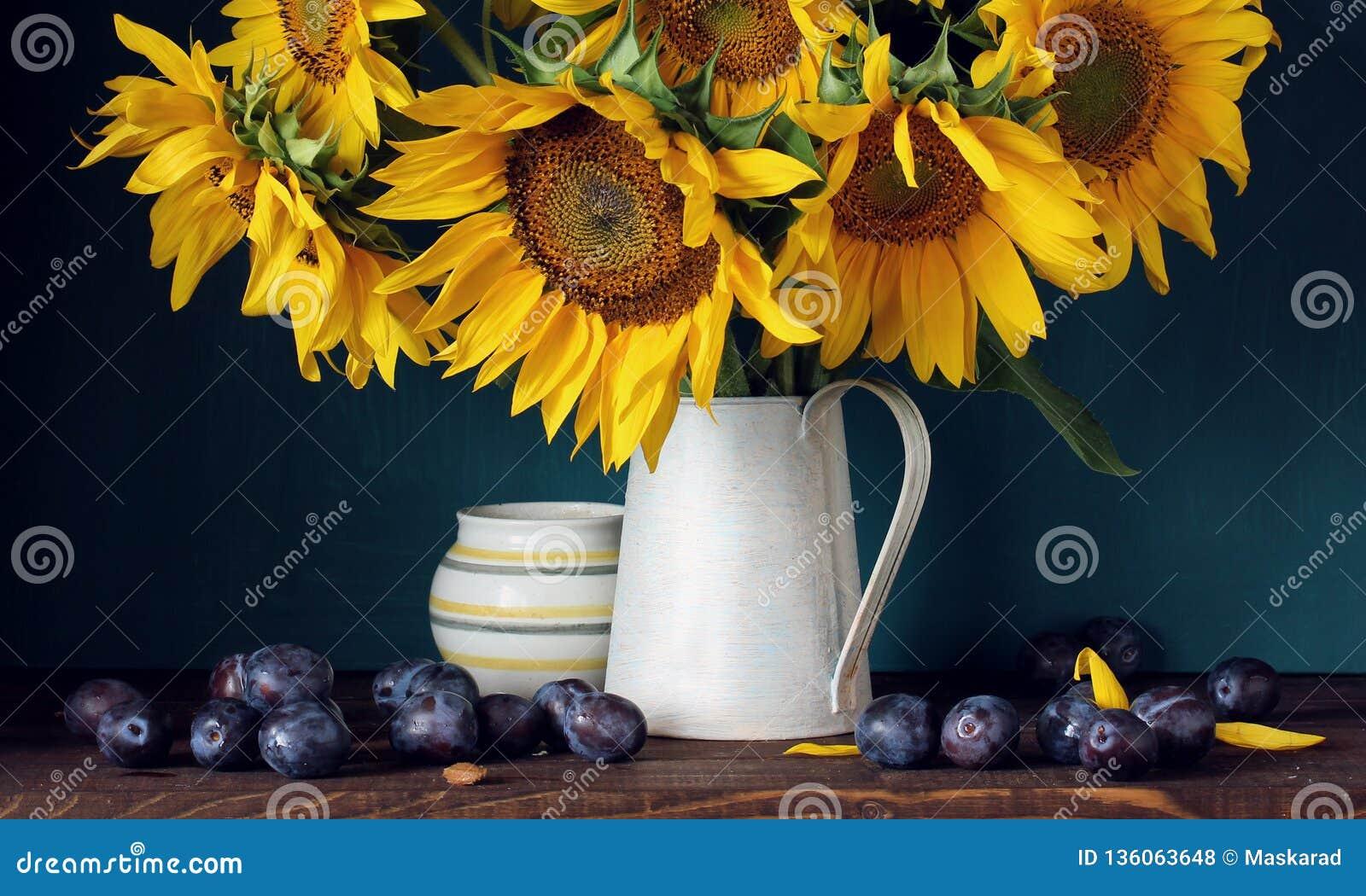 Solrosor och purpurfärgade plommoner Blommor och frukt