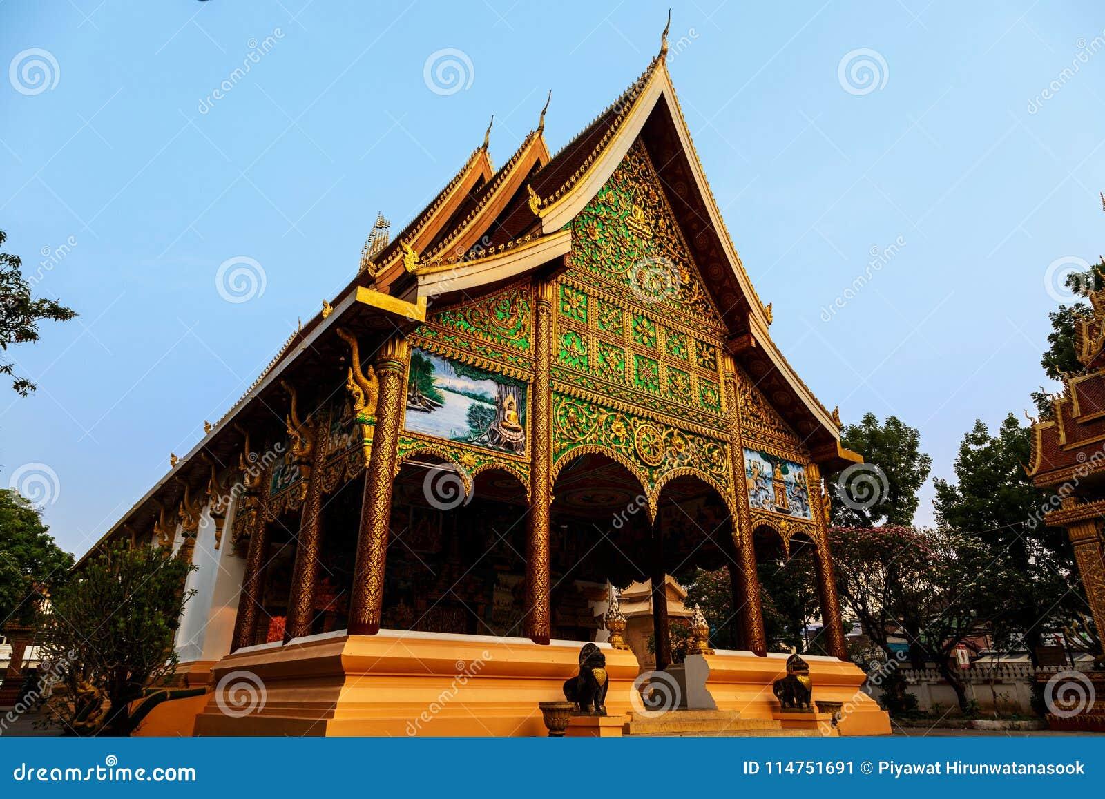 Solsken på dörr av den forntida templet på ett historiskt ställe av Luang Prabang