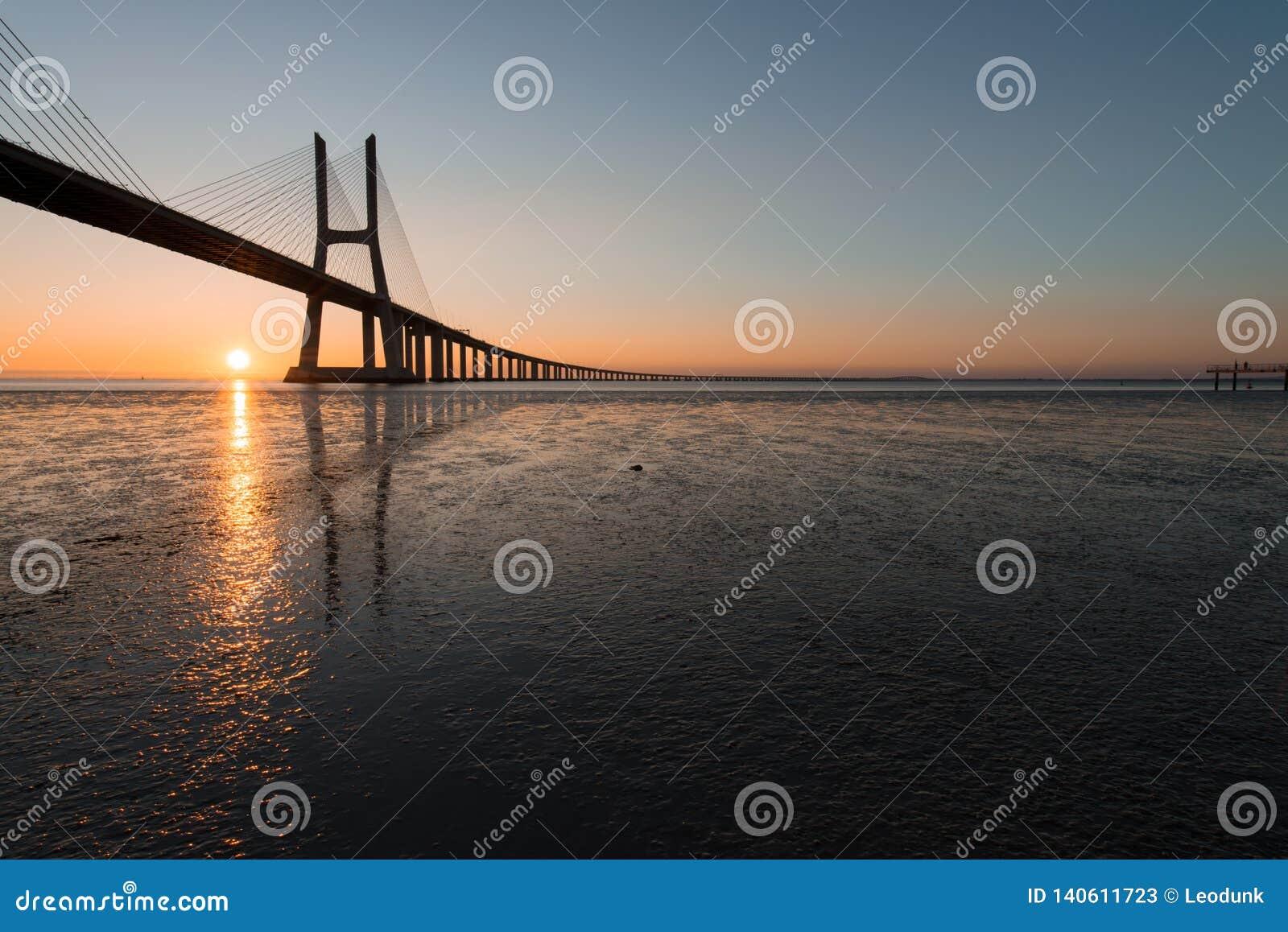 Solstrålar på Vasco de Gama Bridge i Lissabon Ponte Vasco de Gama, Lissabon, Portugal