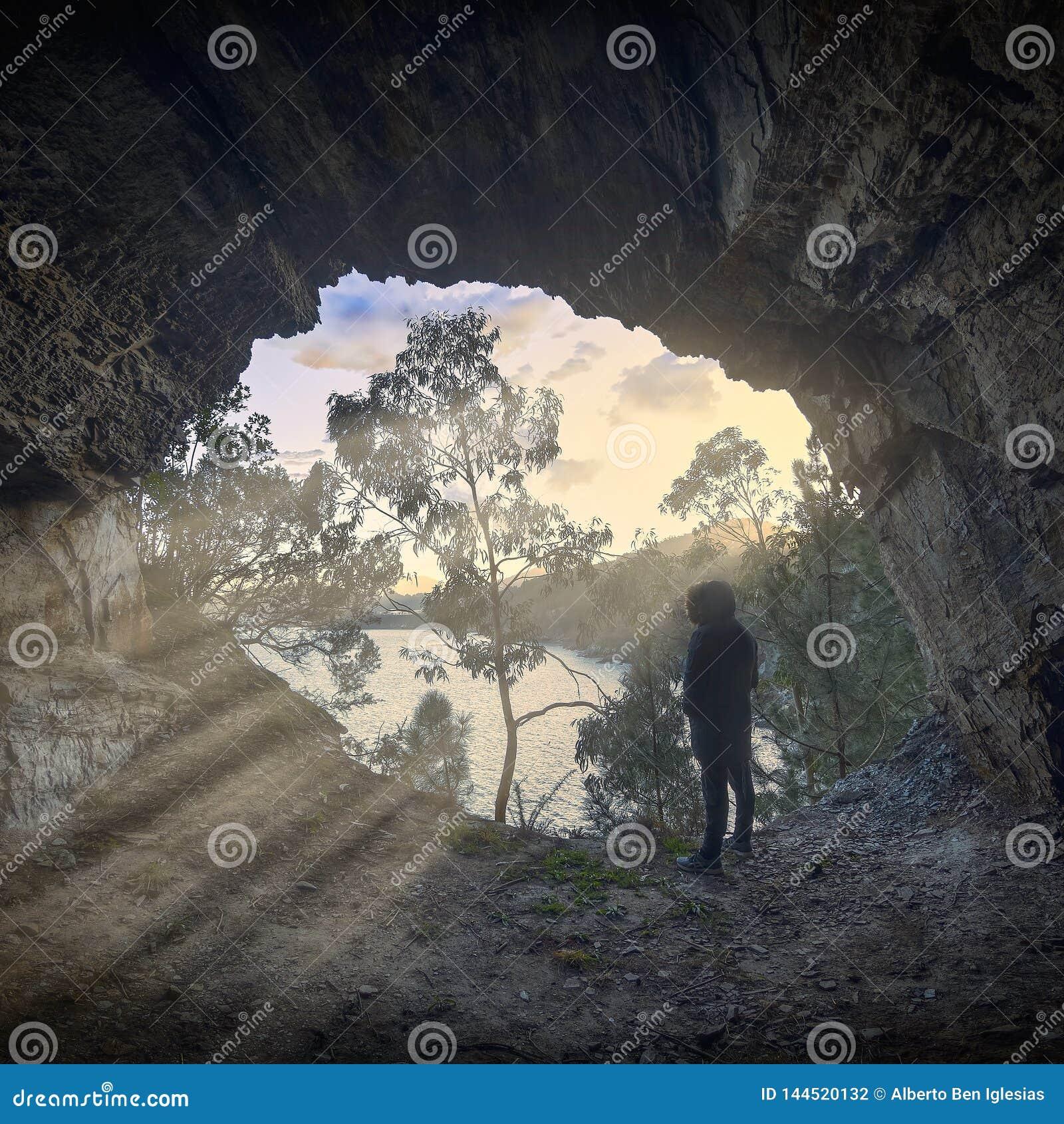 Solstrålar som skriver in en grotta