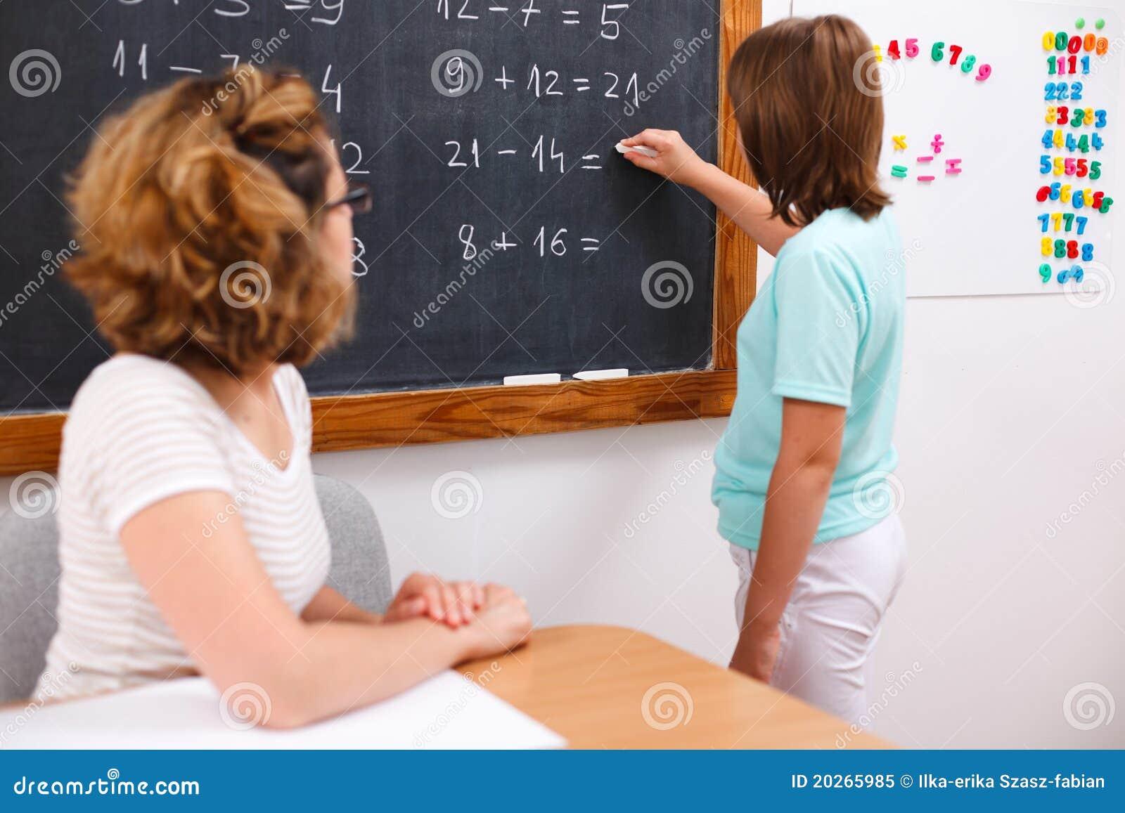 Solução da escrita da menina da escola no quadro