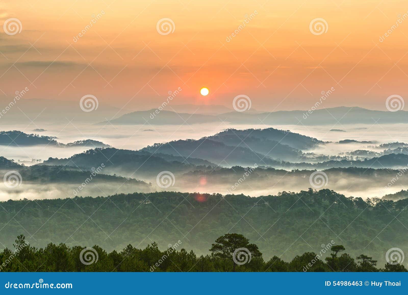 Soluppgång över bergen av Dalat